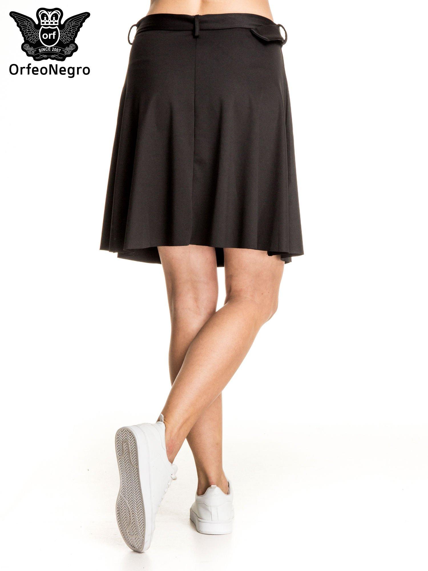 Czarna trapezowa spódnica z paskiem z klamrą                                  zdj.                                  2