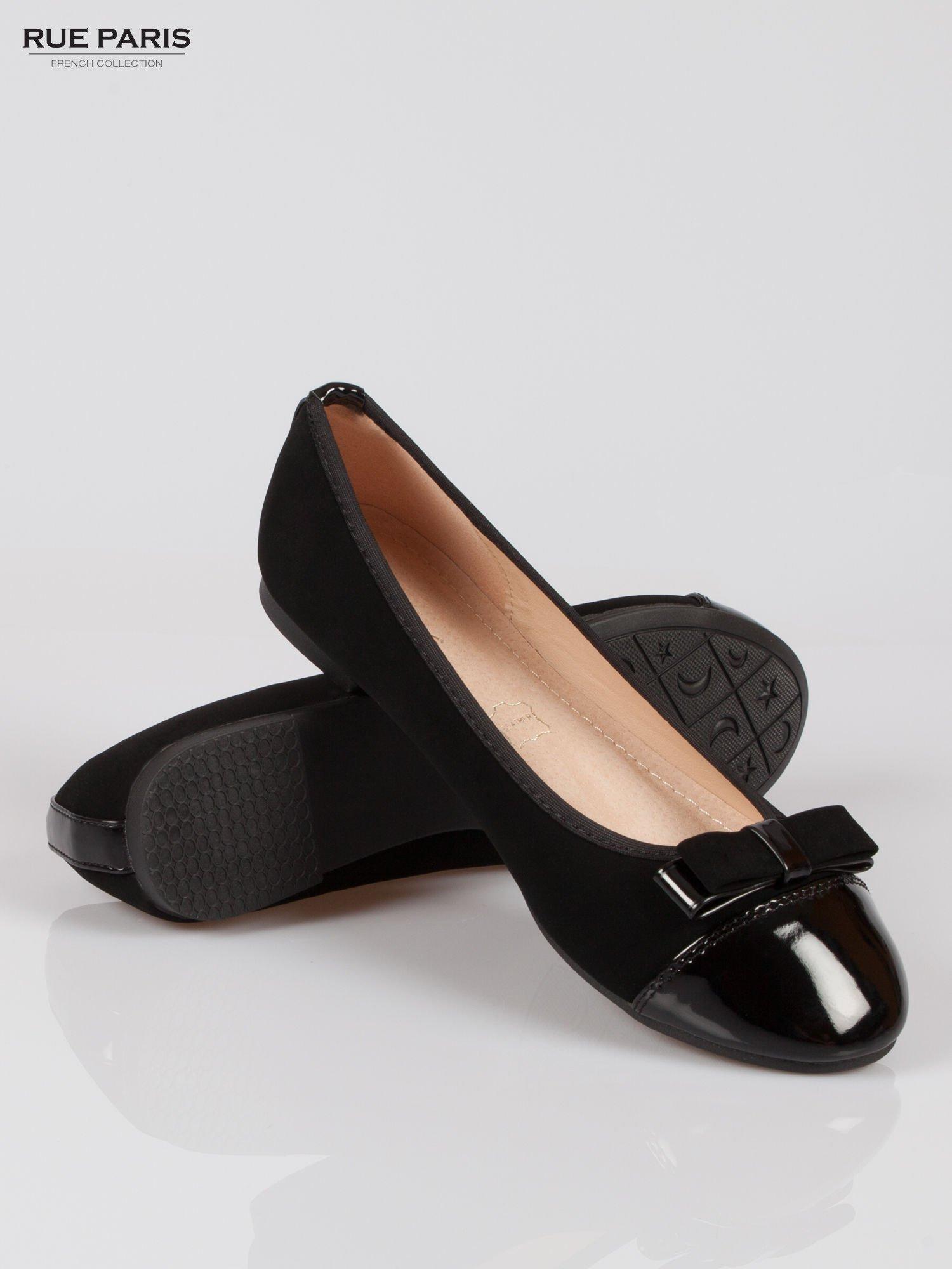 Czarne baleriny faux leather z lakierowanym noskiem i kokardą                                  zdj.                                  4