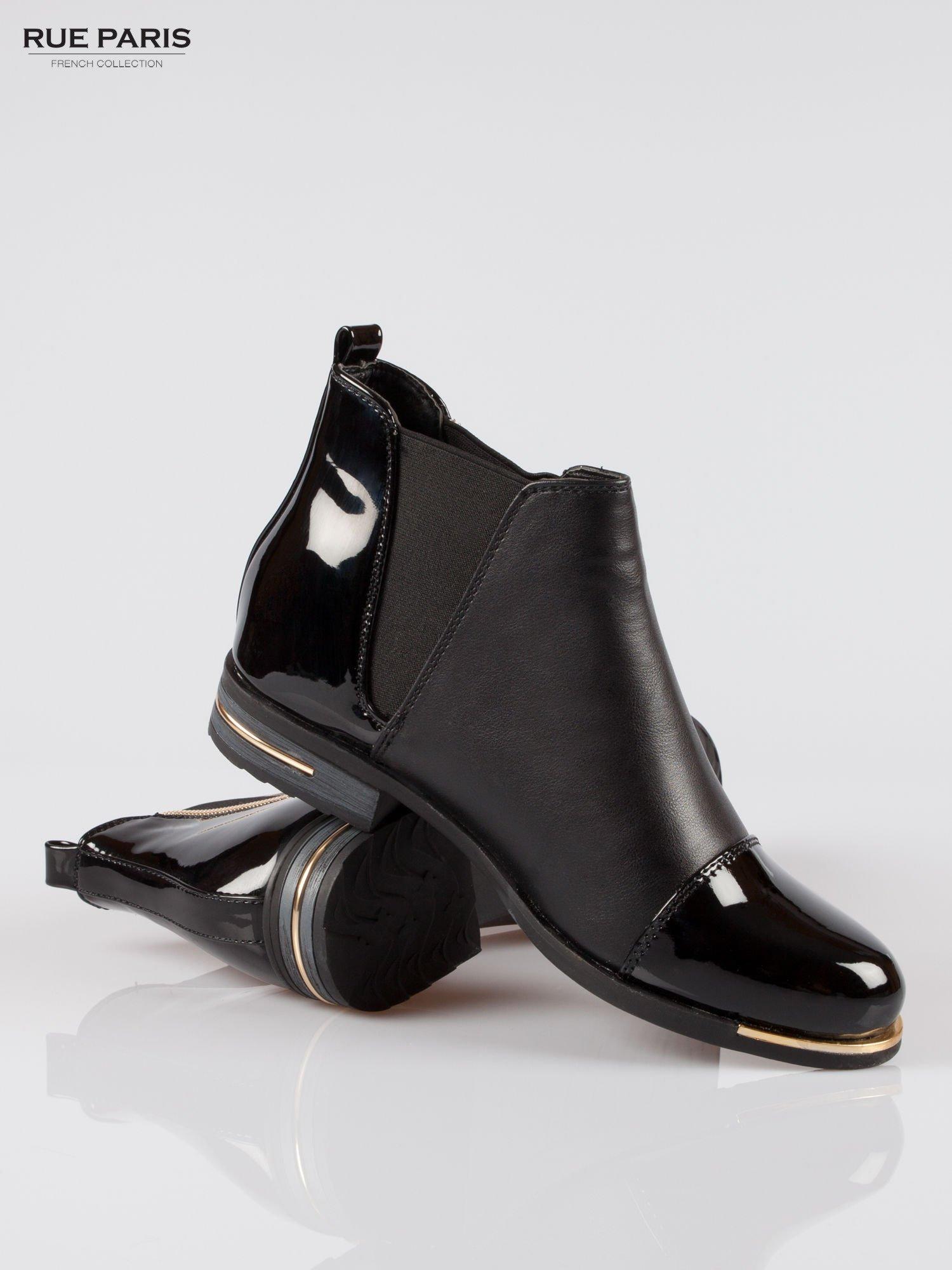 Czarne częściowo lakierowane płaskie botki ze złotym suwakiem i obcasem                                  zdj.                                  4
