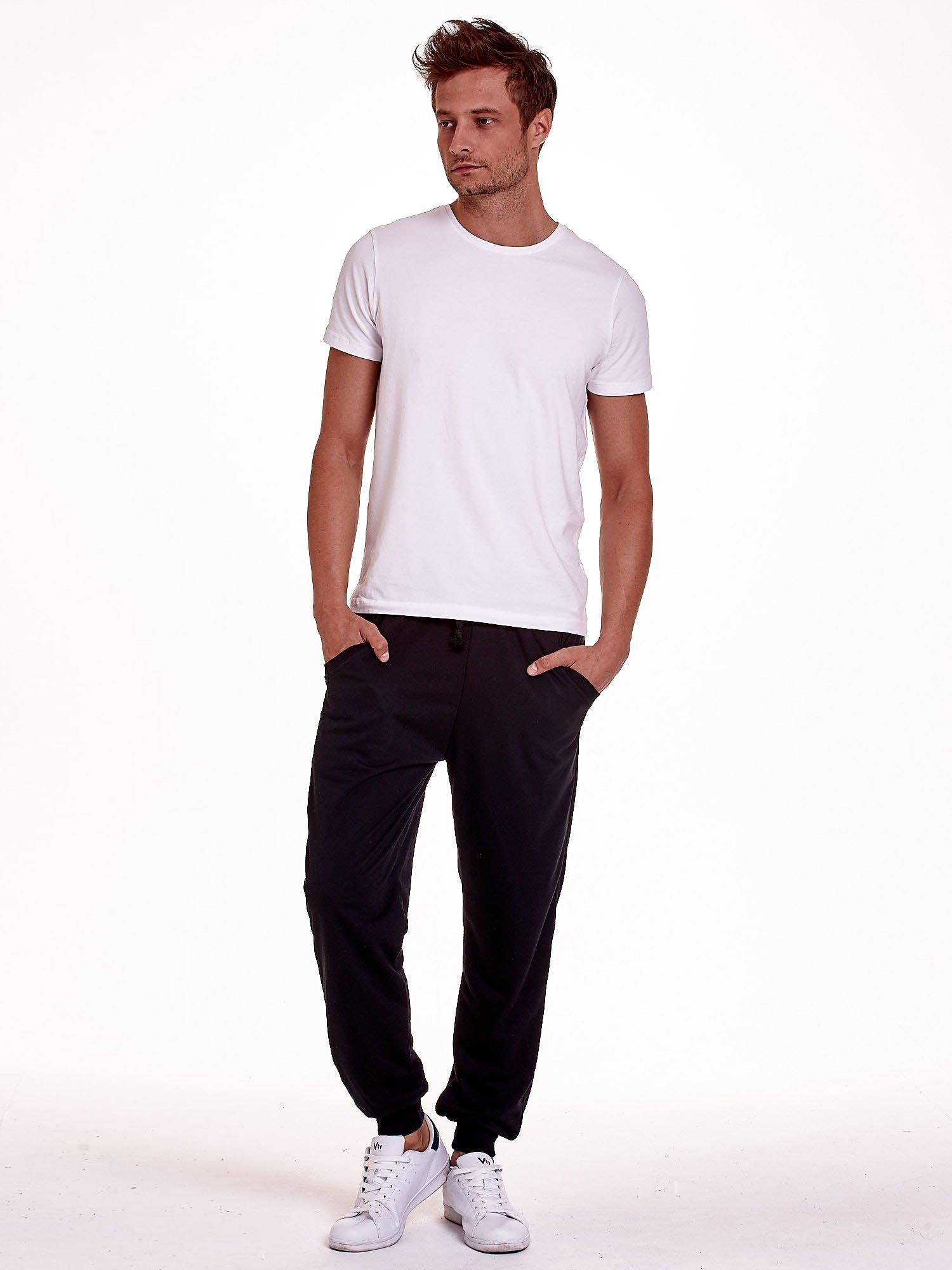 Czarne dresowe spodnie męskie z trokami w pasie i kieszeniami                                  zdj.                                  2