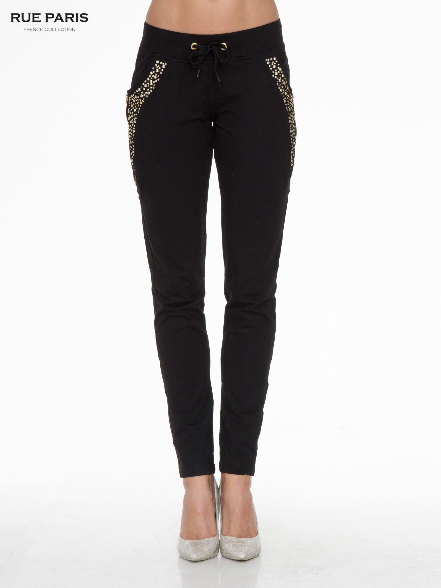 Czarne eleganckie spodnie dresowe z dżetami                                  zdj.                                  1