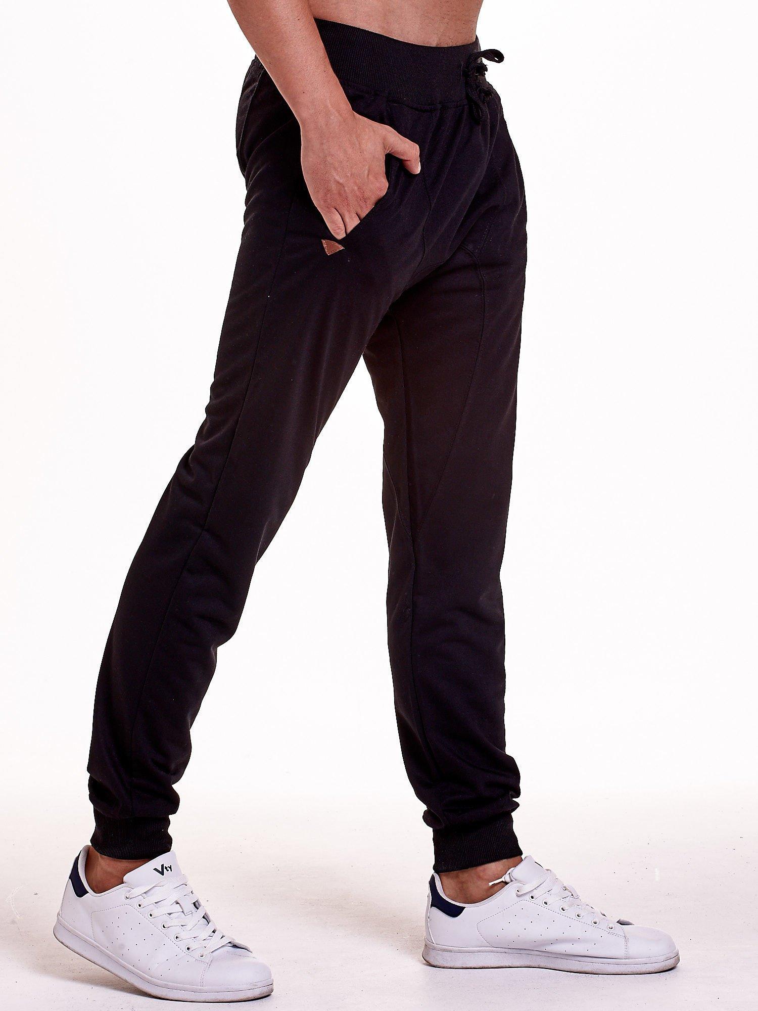 Czarne gładkie spodnie męskie ze skórzanymi wstawkami                                  zdj.                                  4