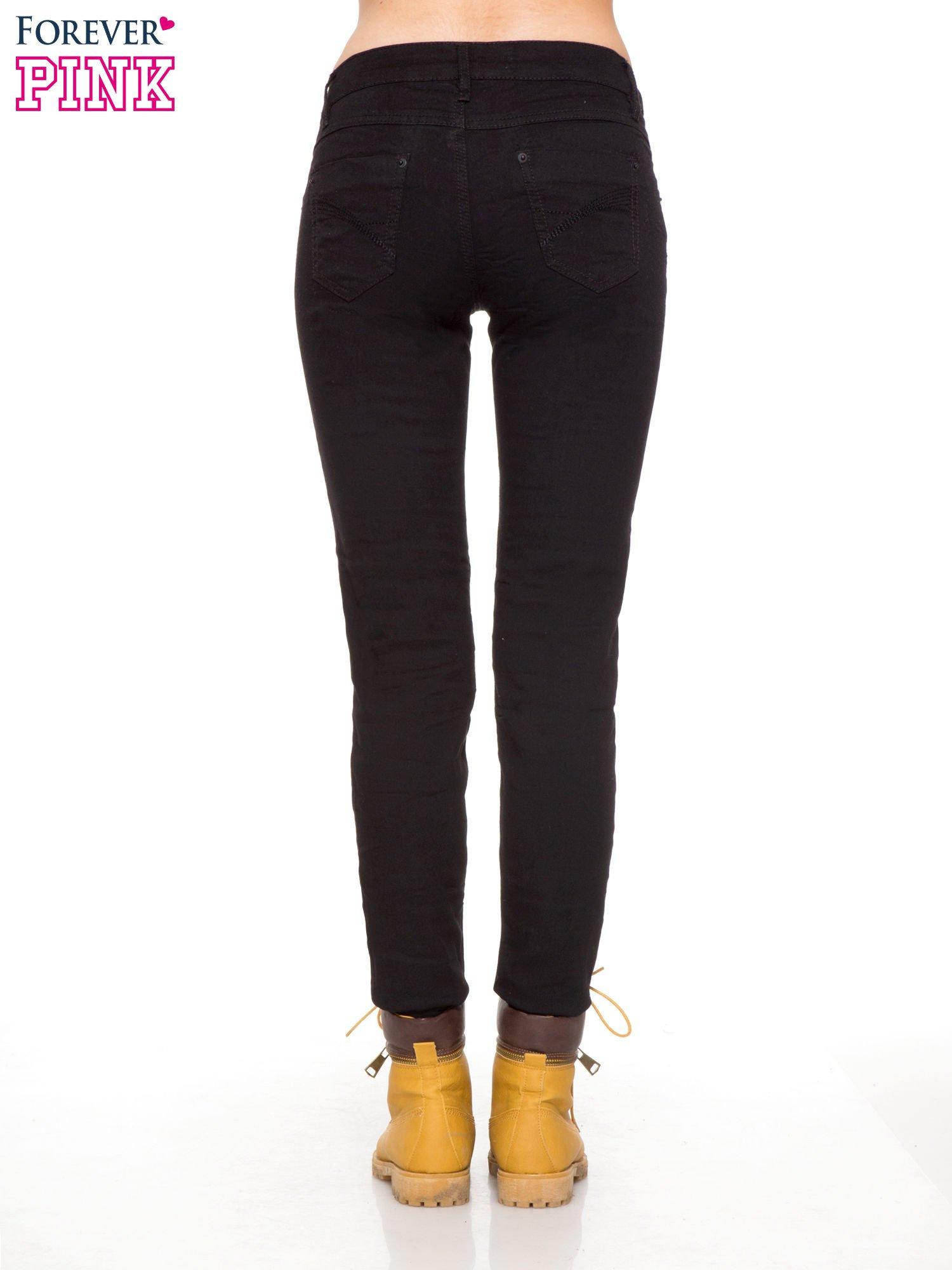 Czarne klasyczne spodnie jeansowe rurki                                  zdj.                                  4