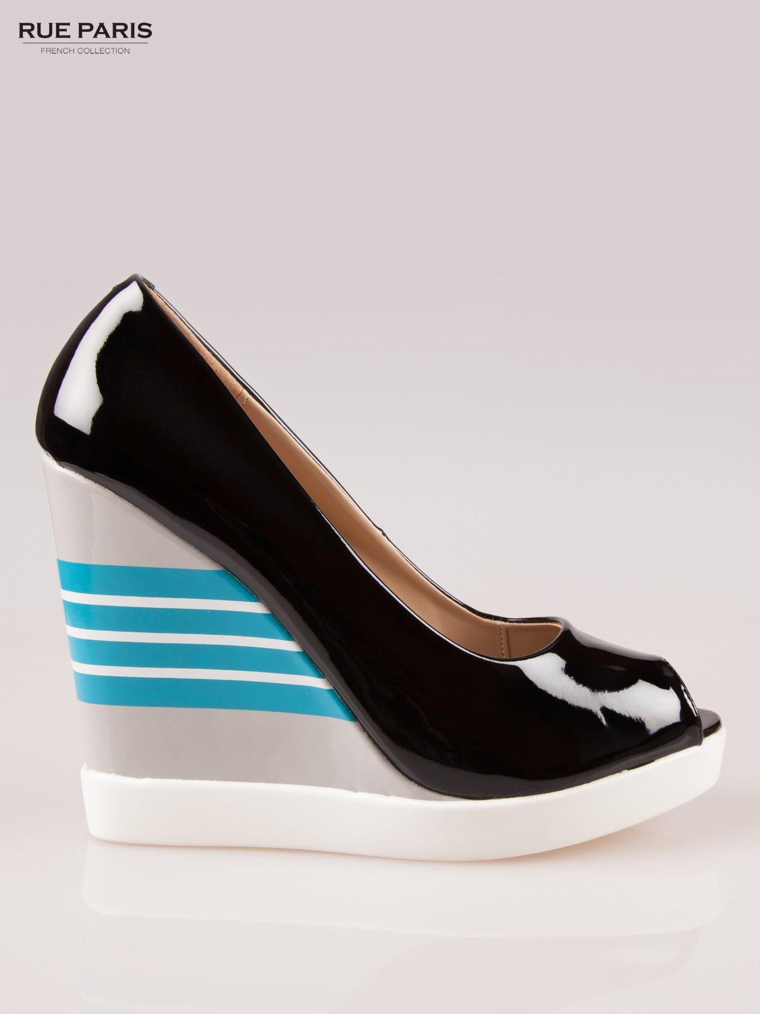 bb861cb44cee7 Czarne lakierowane buty peep toe na wzorzystym koturnie - Buty ...