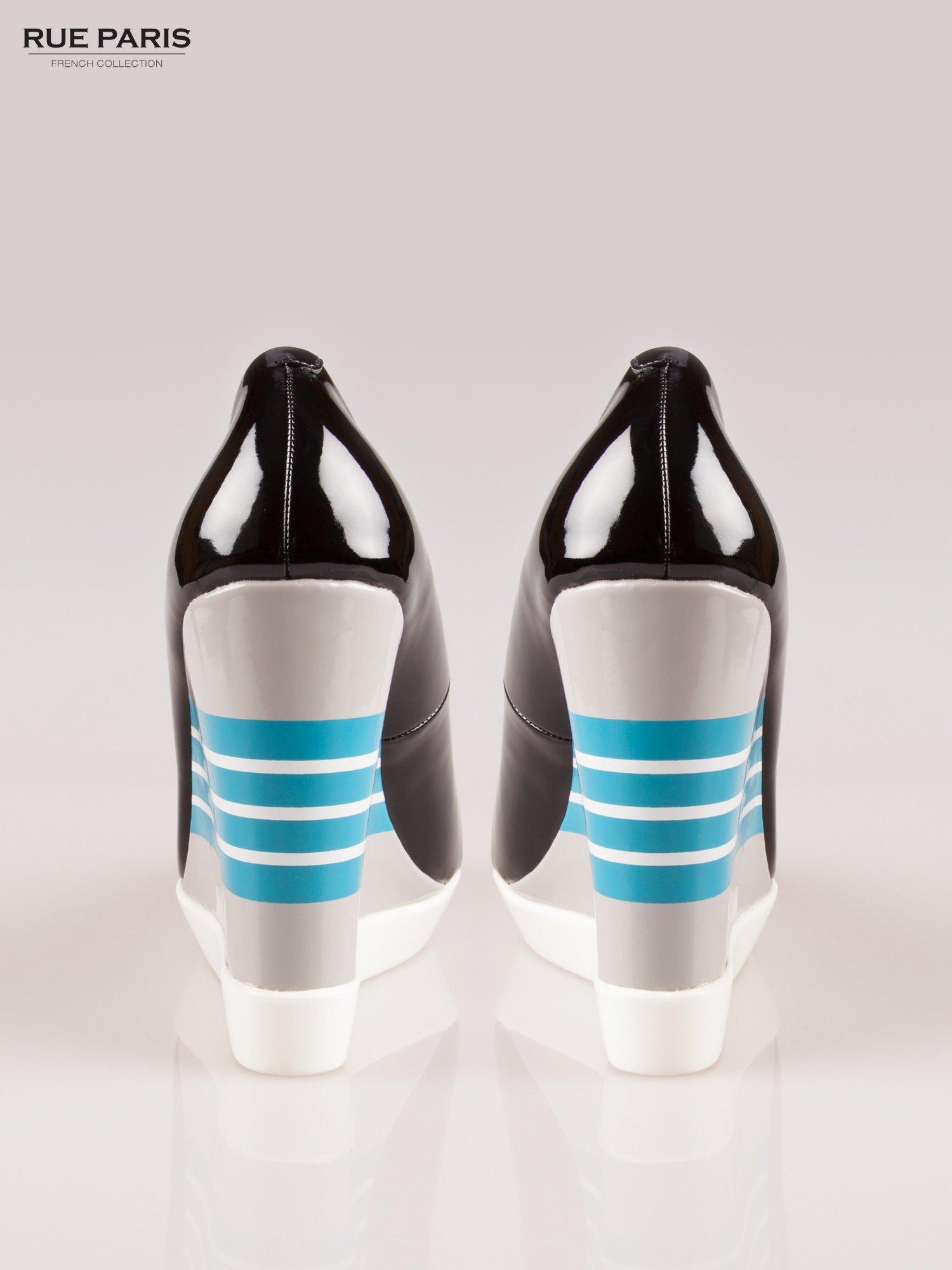 Czarne lakierowane buty peep toe na wzorzystym koturnie                                  zdj.                                  3