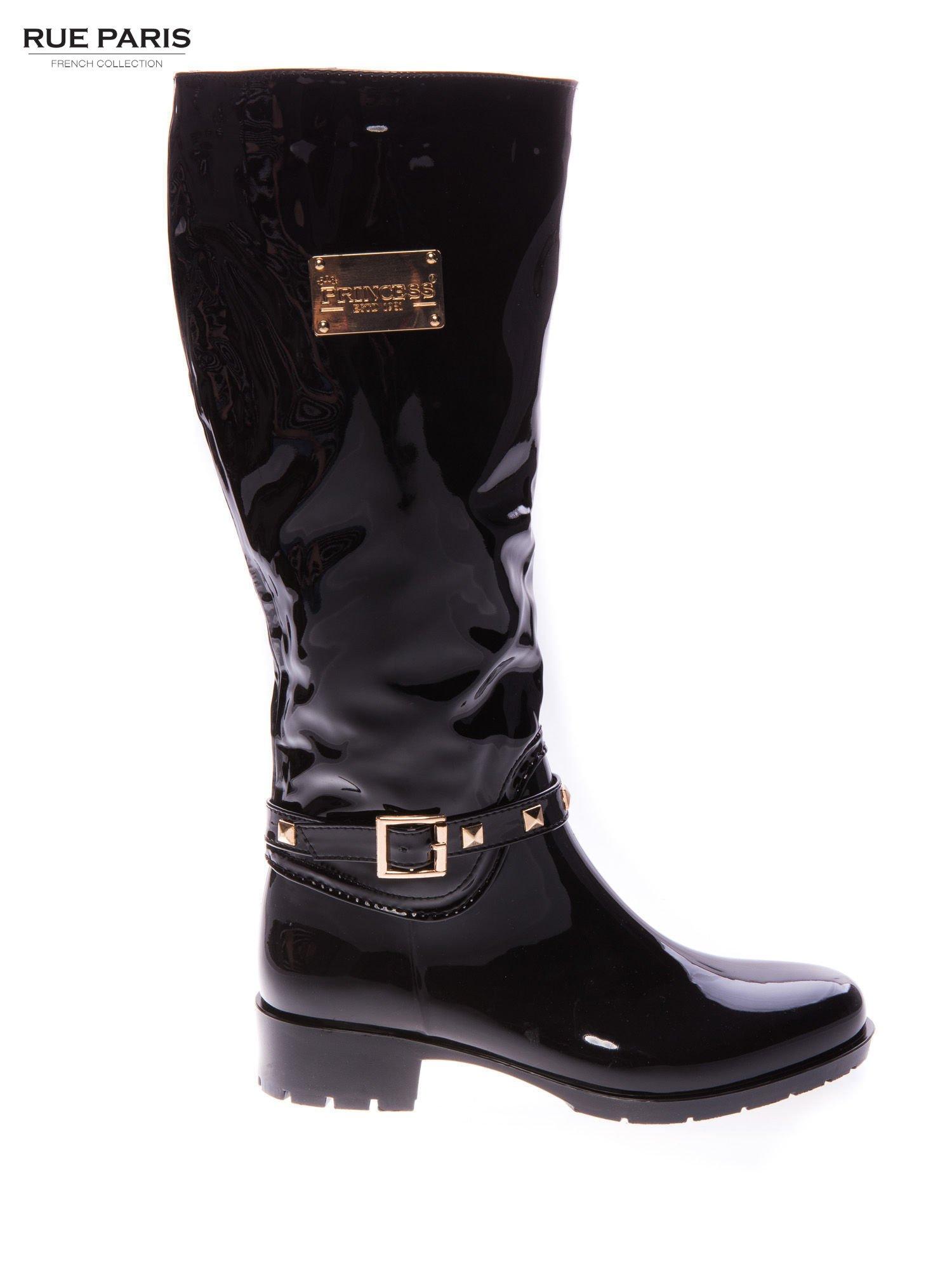 Czarne lakierowane kalosze ze złotą klamerką w stylu biker shoes                                  zdj.                                  1