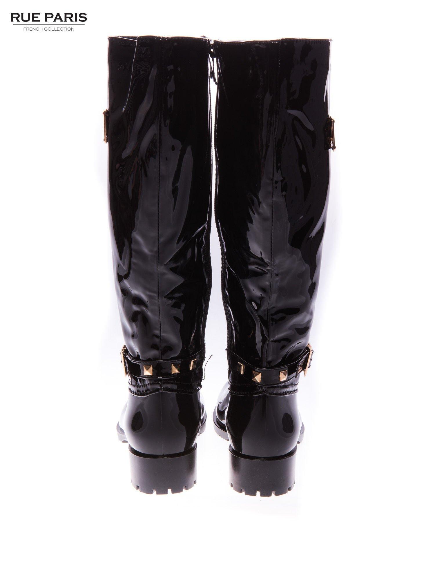 Czarne lakierowane kalosze ze złotą klamerką w stylu biker shoes                                  zdj.                                  3