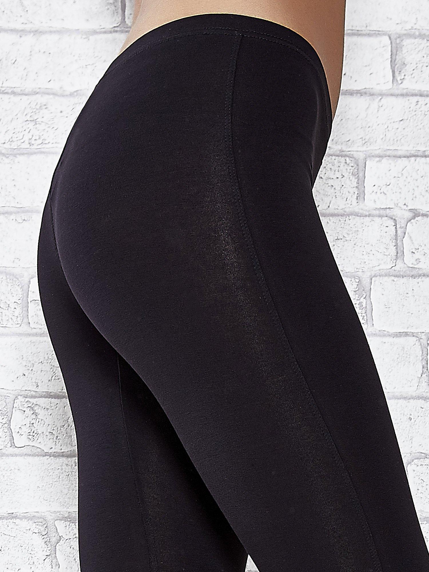 Czarne legginsy sportowe z patką z dżetów na dole                                  zdj.                                  4