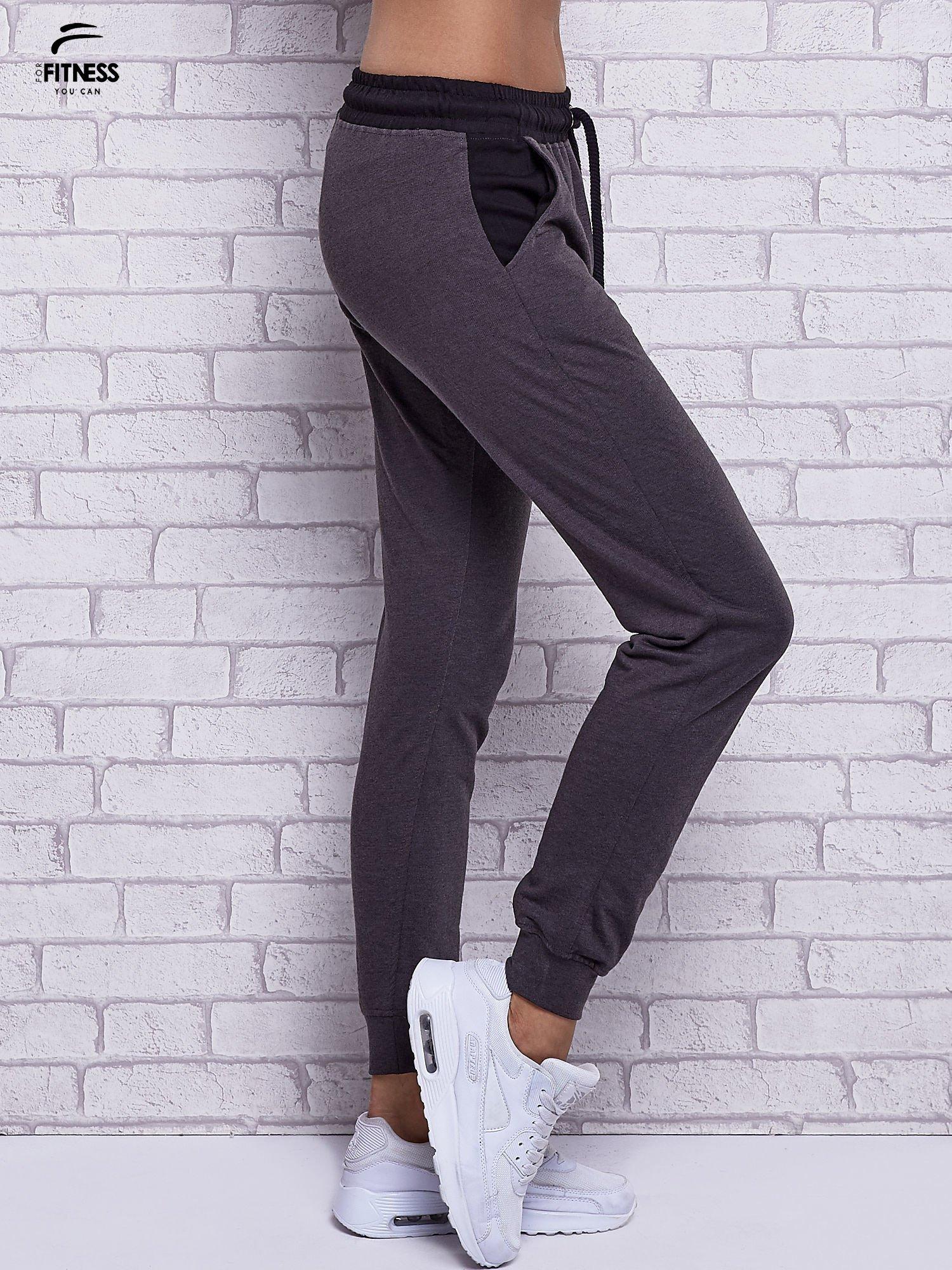 Czarne melanżowe spodnie dresowe z wiązaniem w pasie                                  zdj.                                  2