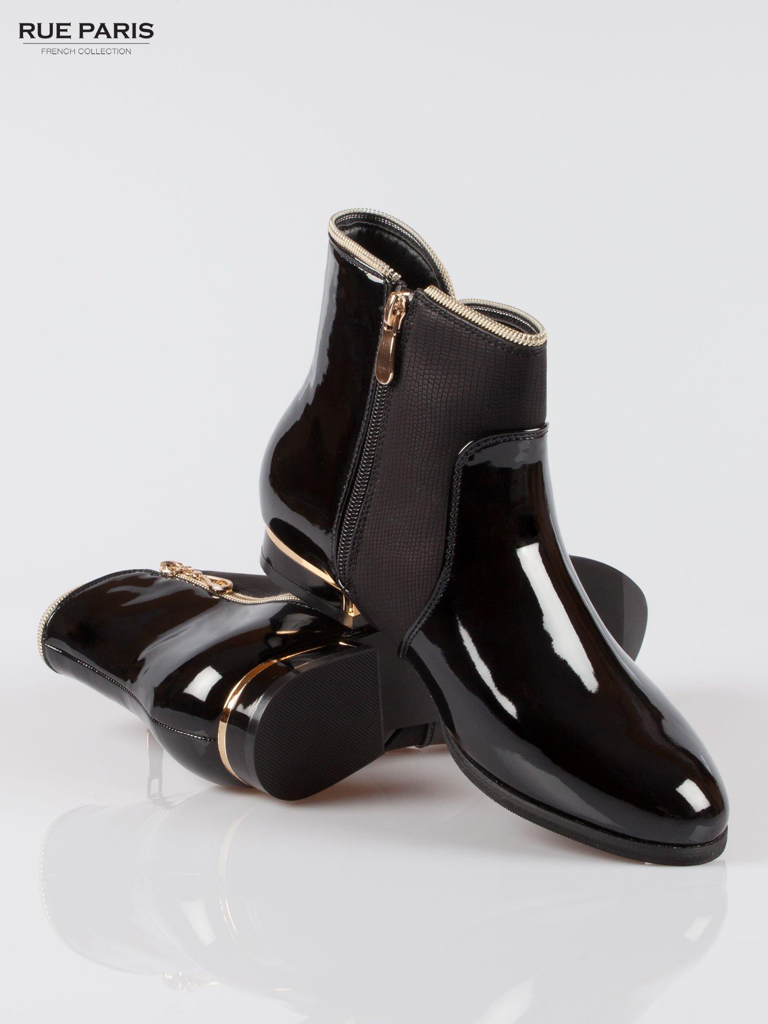 Czarne płaskie lakierowane botki ze złotym suwakiem i obcasem                                  zdj.                                  4