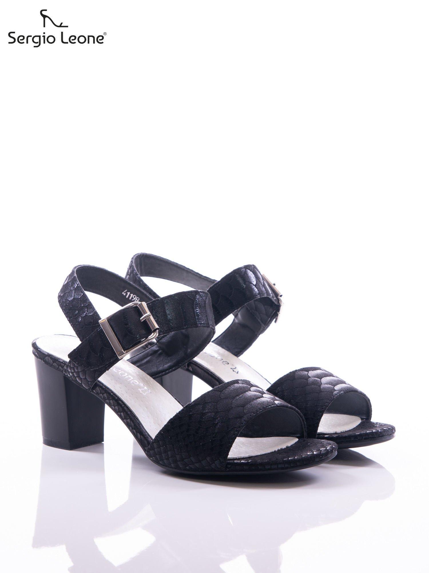 1f05ee7f2345 1  Czarne sandały Sergio Leone z fakturą rybiej łuski