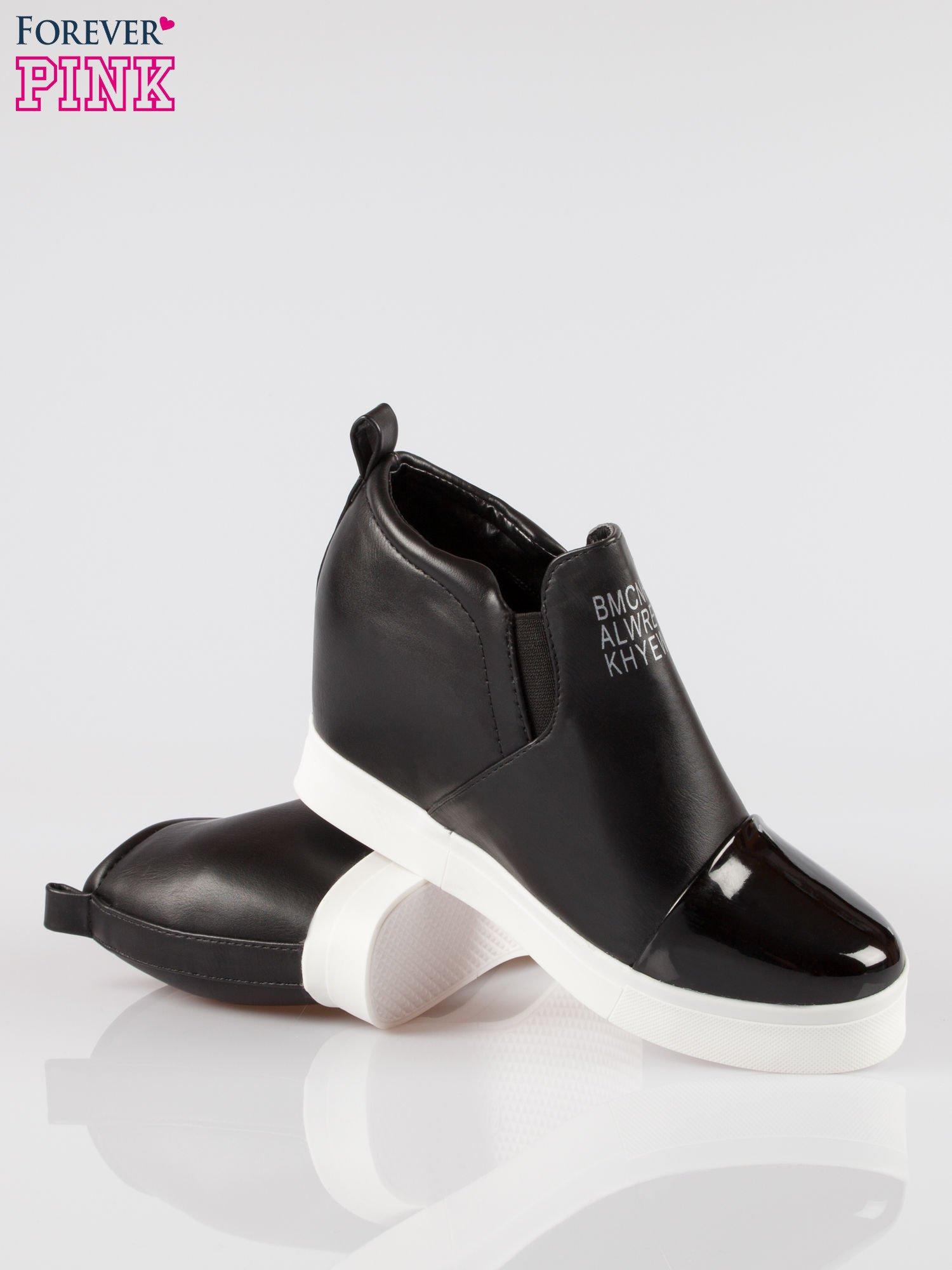 Czarne sneakersy trampki na koturnie z lakierowanym czubkiem                                  zdj.                                  4