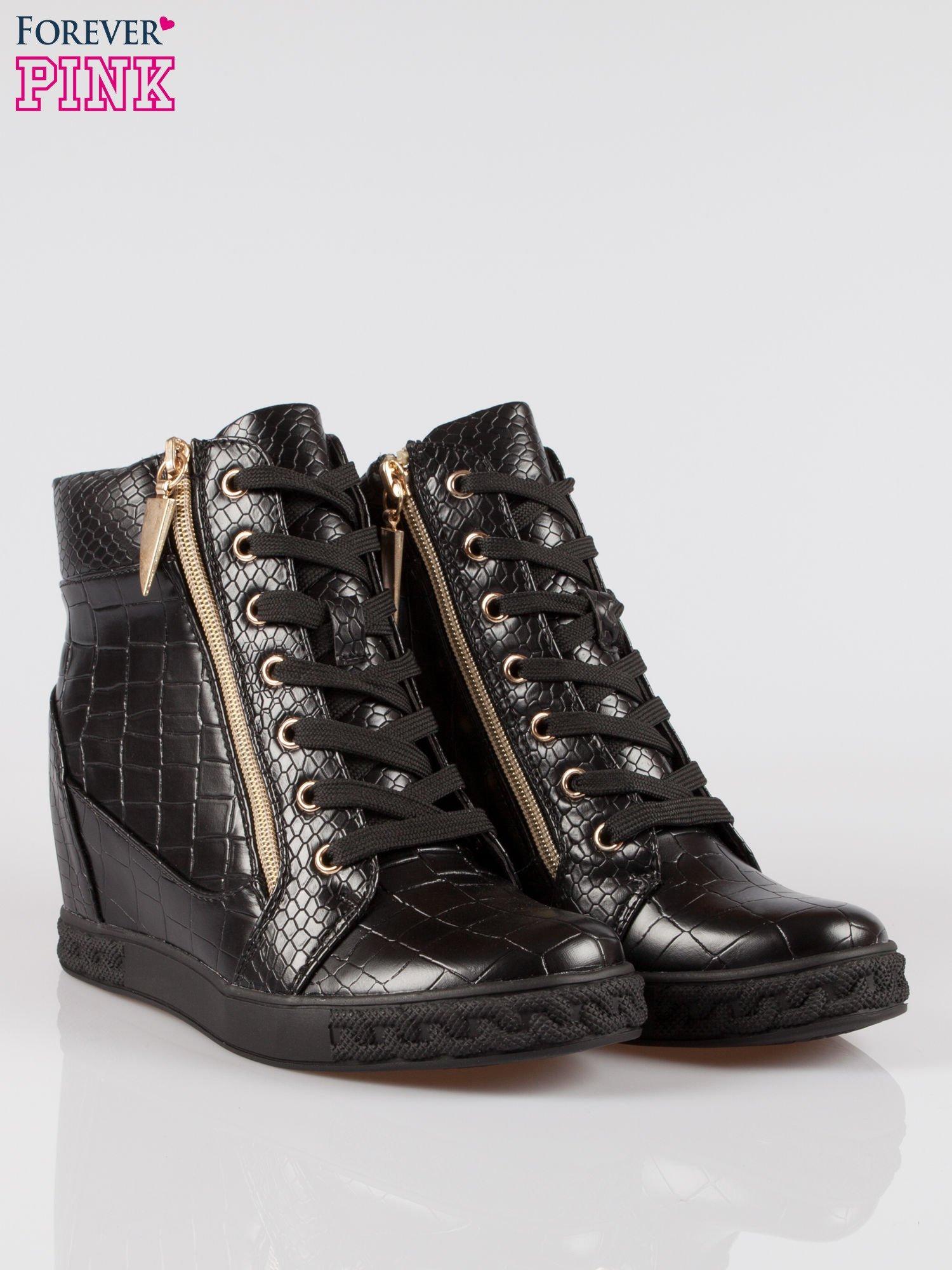 Czarne sneakersy ze skóry tłoczonej w zwierzęce wzory i złotymi suwakami                                  zdj.                                  2