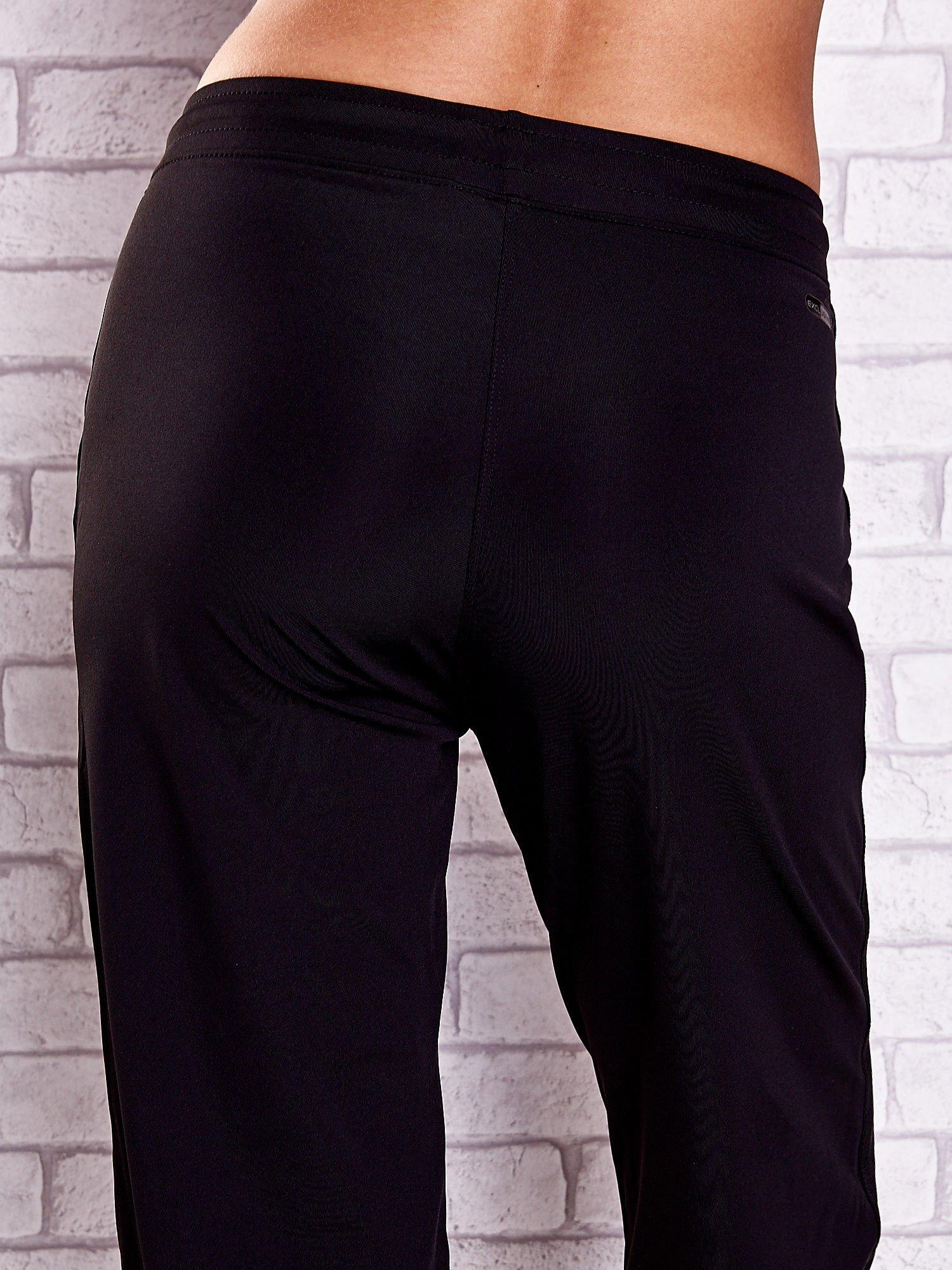 Czarne spodnie capri z dżetami i lampasami PLUS SIZE                                  zdj.                                  6