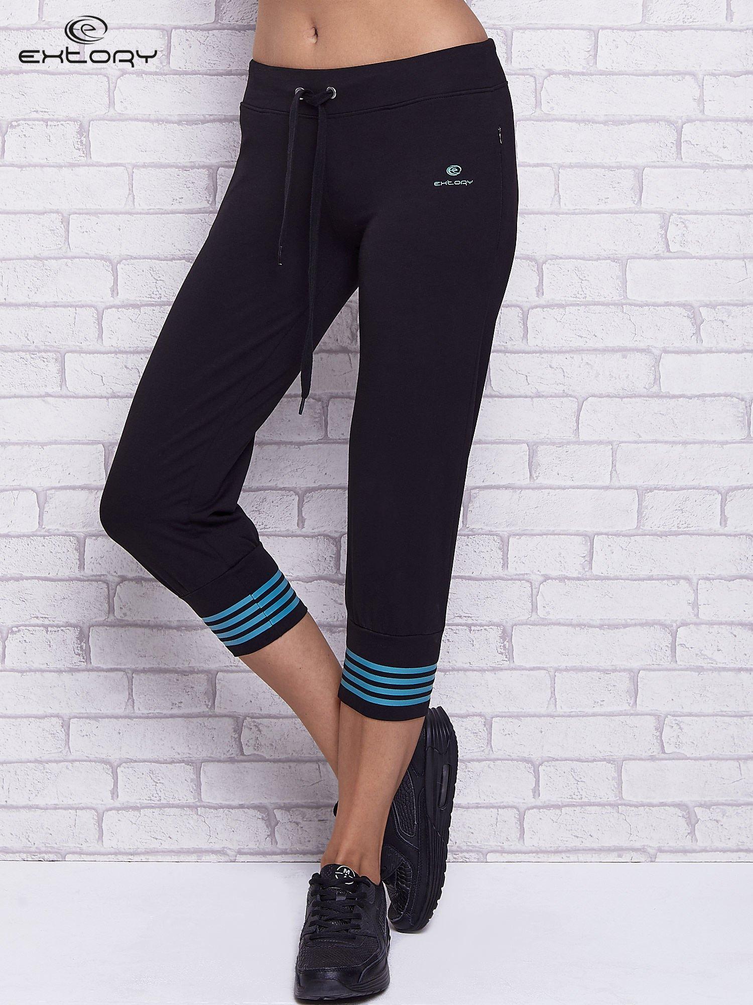 Czarne spodnie capri z motywem pasków na nogawkach                                  zdj.                                  1