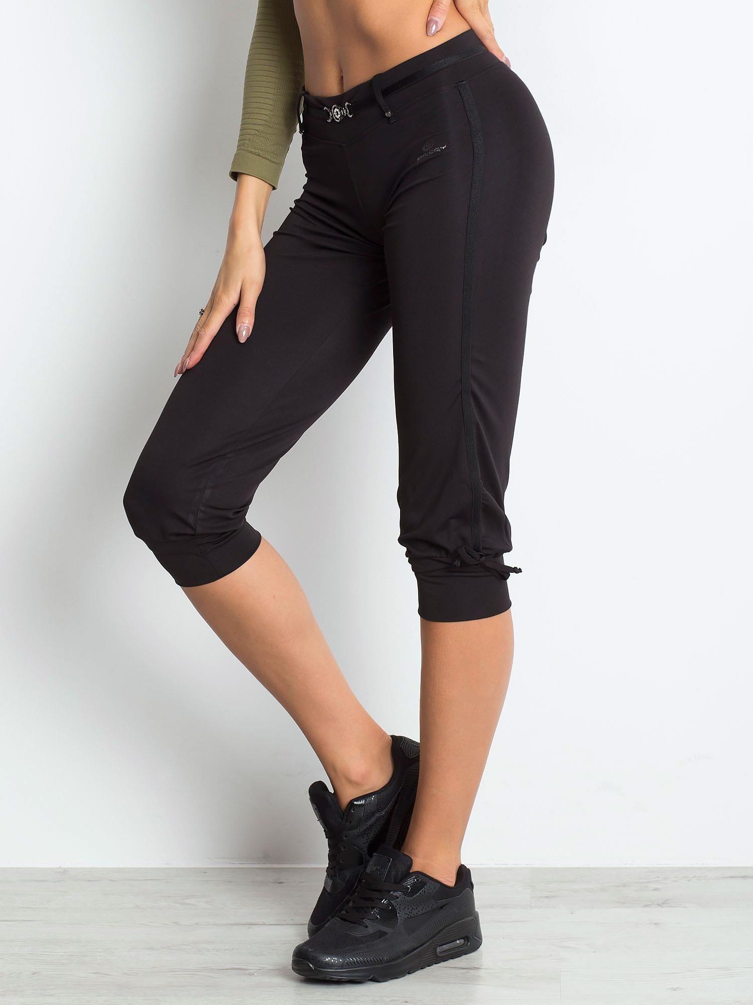 Czarne spodnie capri z troczkami przy nogawkach                                  zdj.                                  3