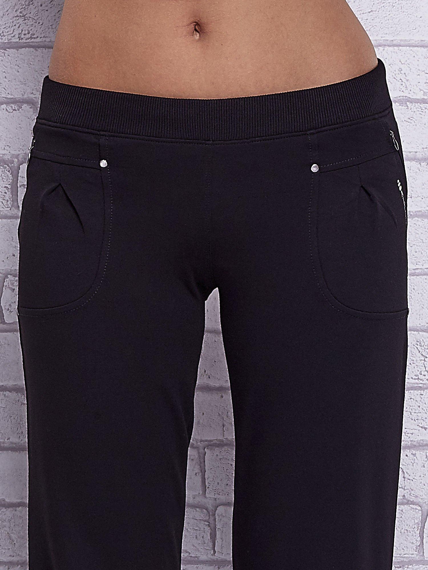 Czarne spodnie capri z wszytymi kieszeniami                                   zdj.                                  4