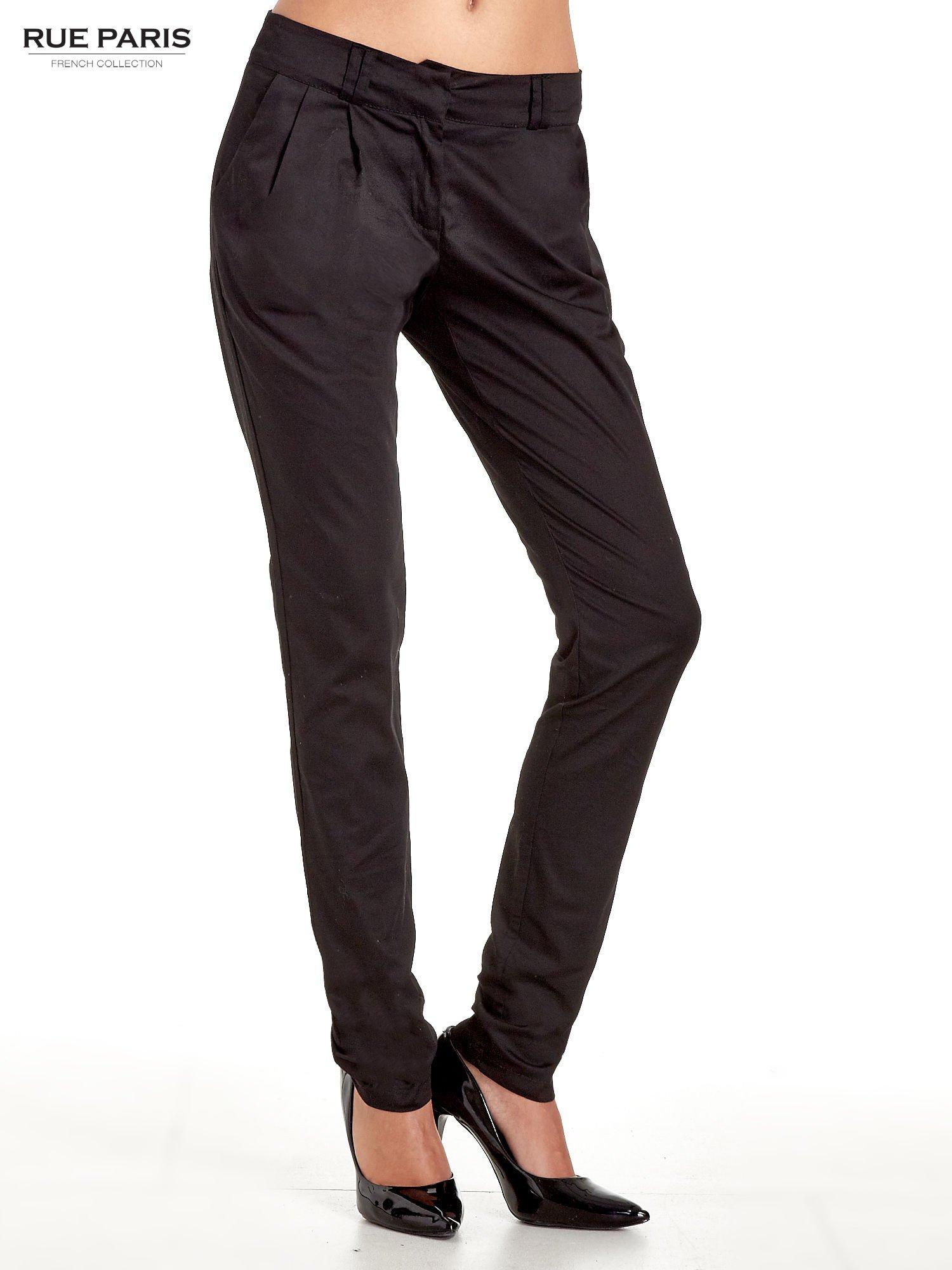 Czarne spodnie cygaretki z zakładkami                                  zdj.                                  1