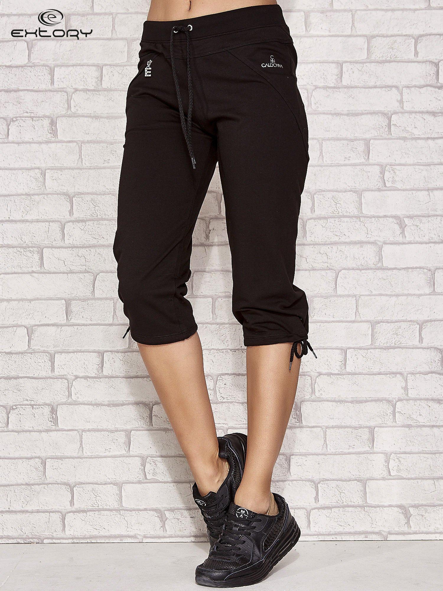 Czarne spodnie dresowe capri z kieszonką                                  zdj.                                  1
