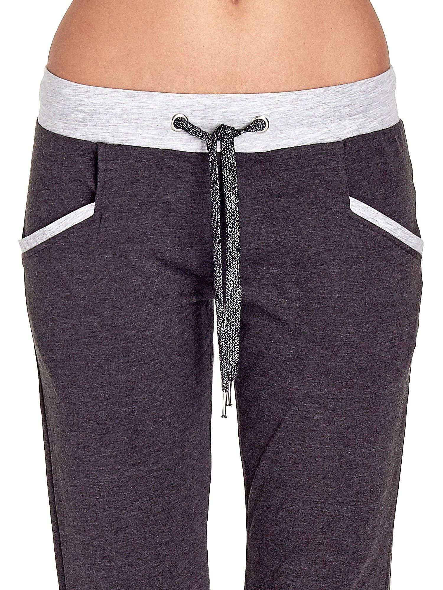 Czarne spodnie dresowe capri z kontrastowym pasem                                  zdj.                                  4