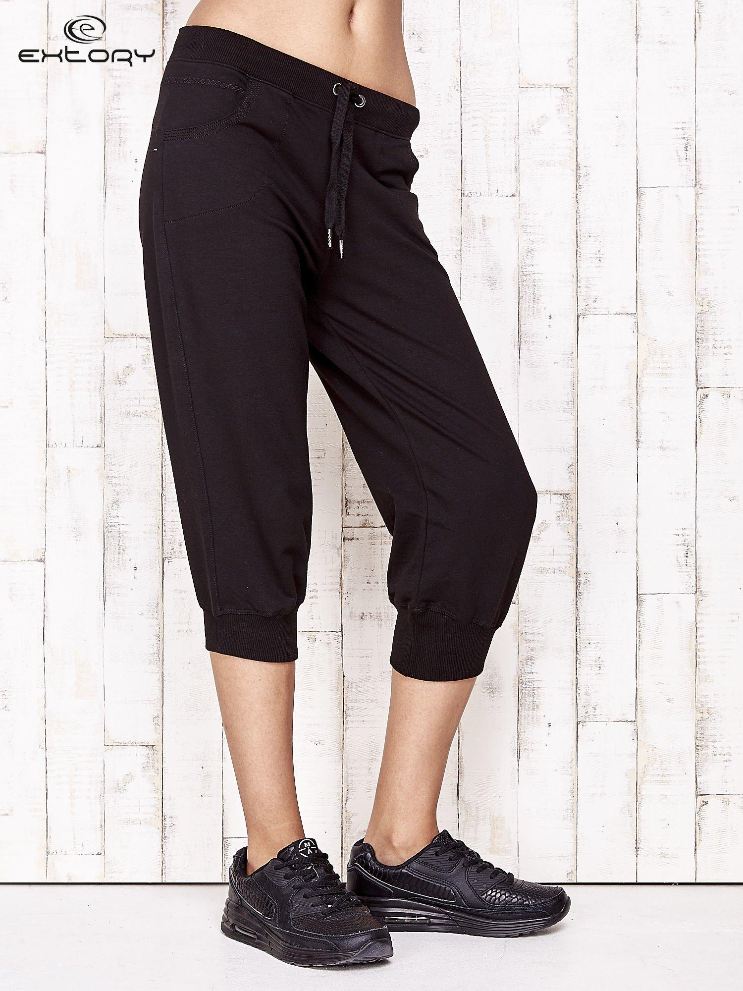 Czarne spodnie dresowe capri ze ściągaczami na dole                                  zdj.                                  1