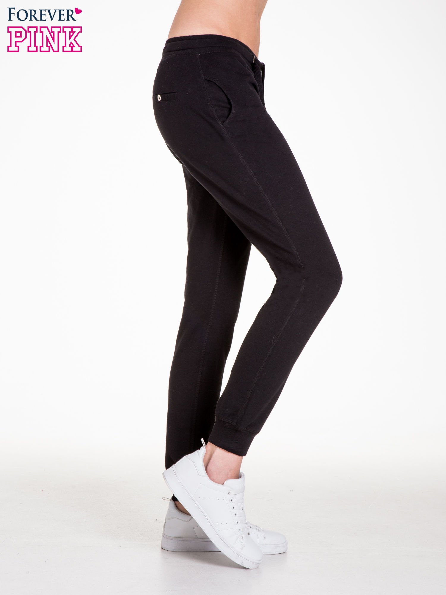 Czarne spodnie dresowe damskie z guziczkami                                  zdj.                                  3
