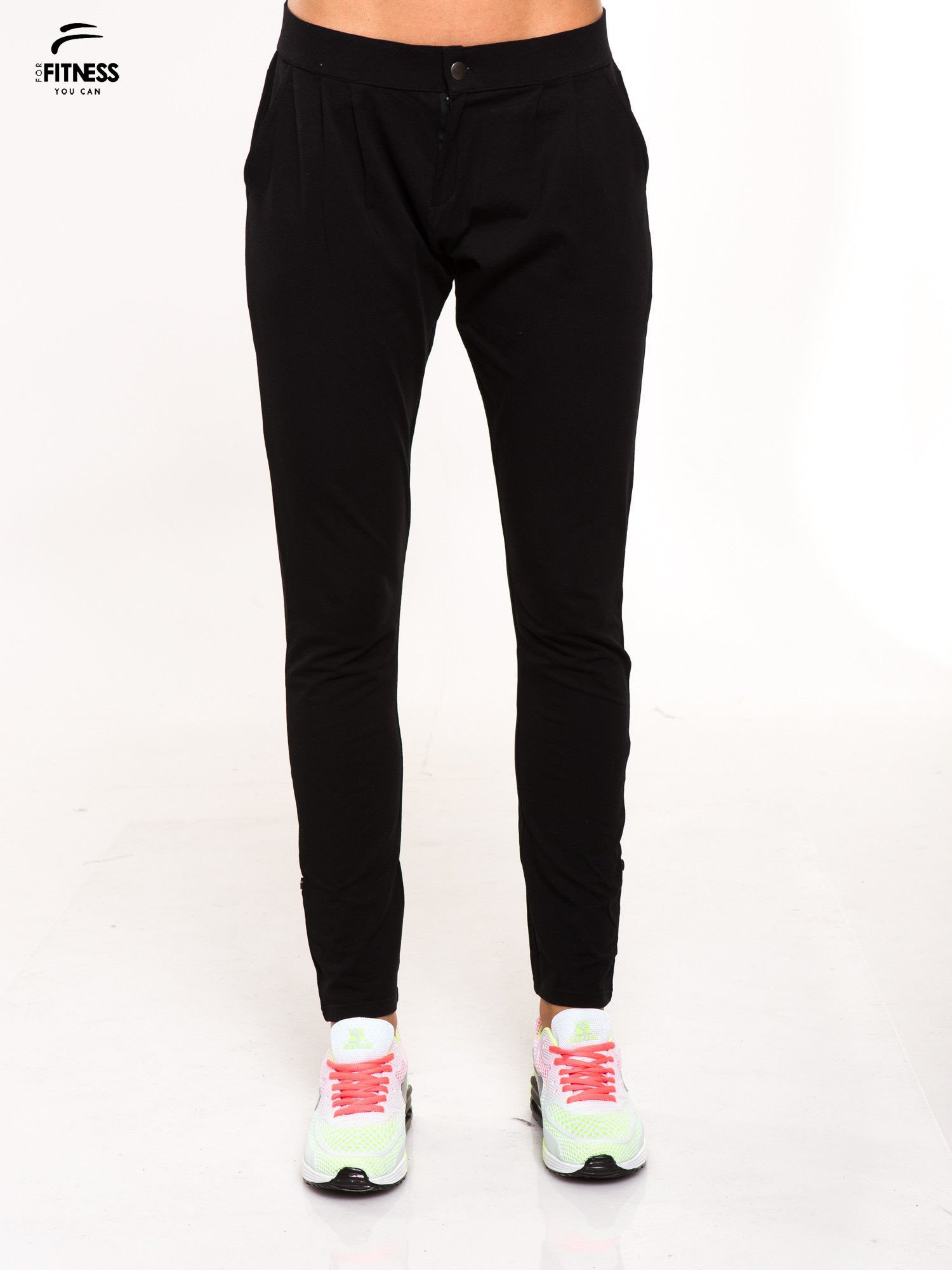 Czarne spodnie dresowe damskie z podwijaną nogawką                                  zdj.                                  1