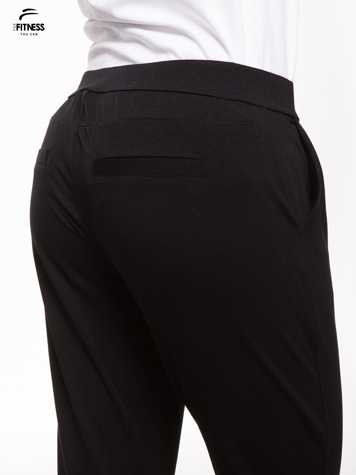 Czarne spodnie dresowe damskie z podwijaną nogawką                                  zdj.                                  7
