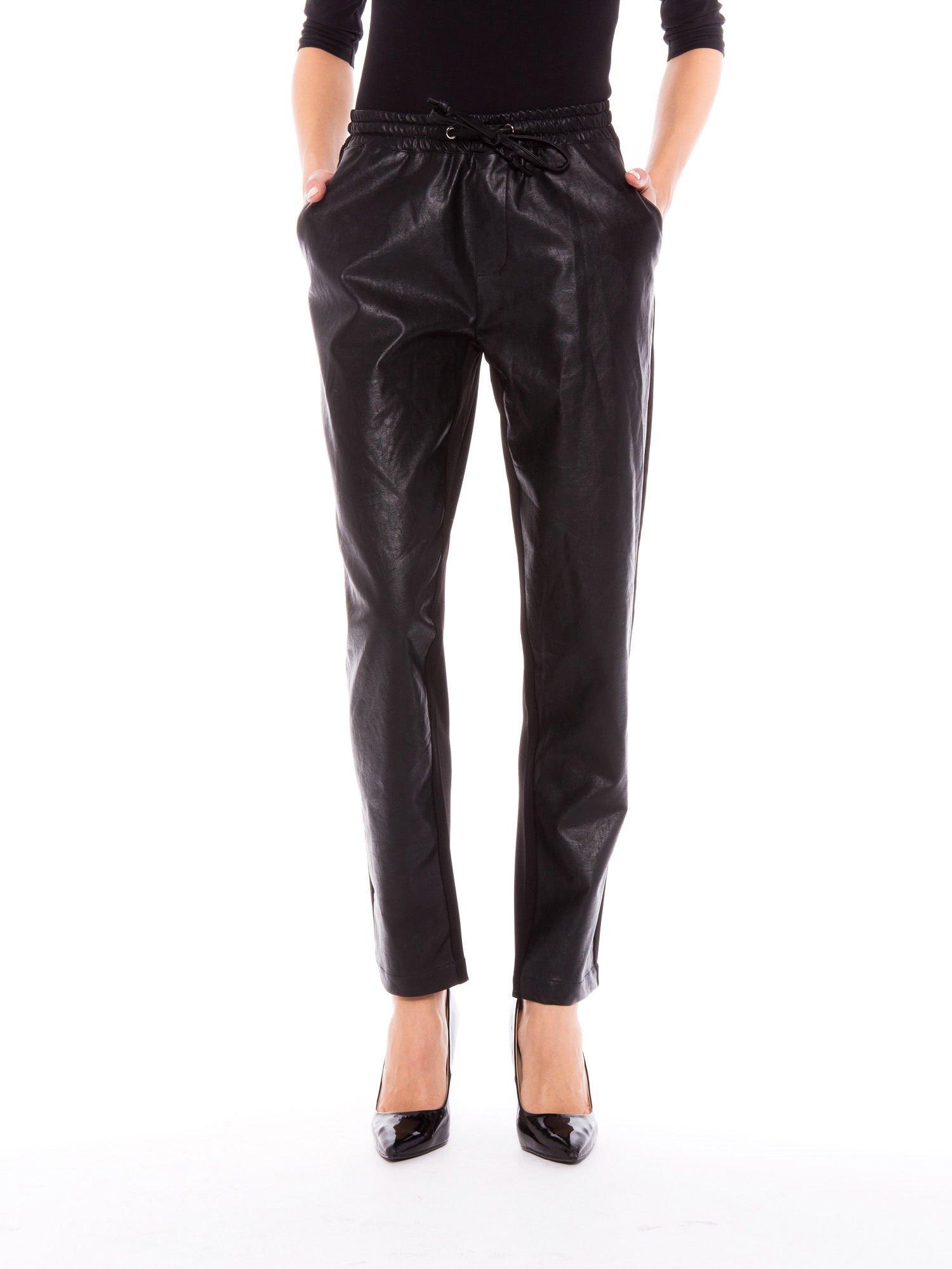 Czarne spodnie dresowe damskie ze skórzanym przodem                                  zdj.                                  1