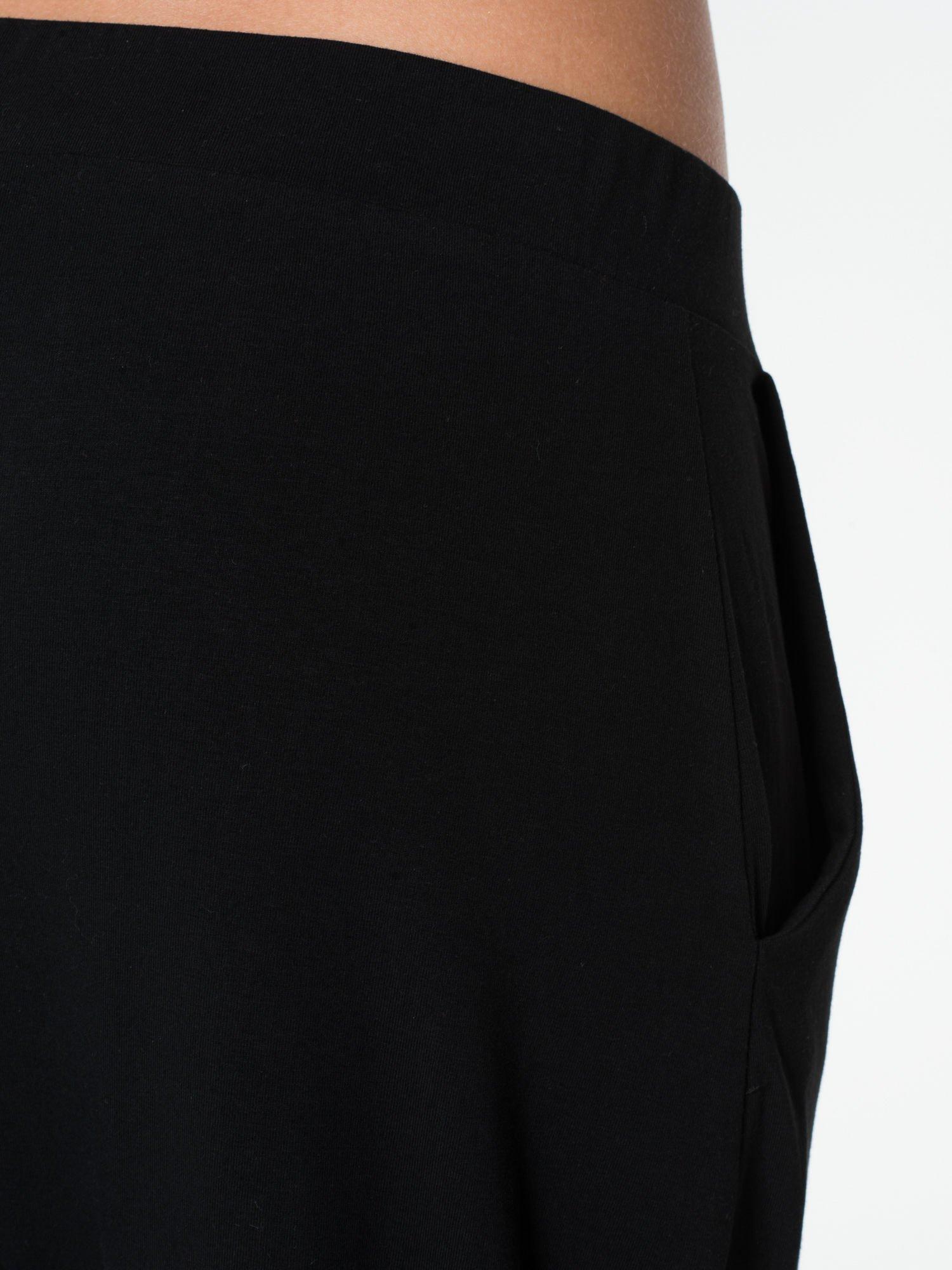 Czarne spodnie dresowe typu baggy z guziczkami                                  zdj.                                  8
