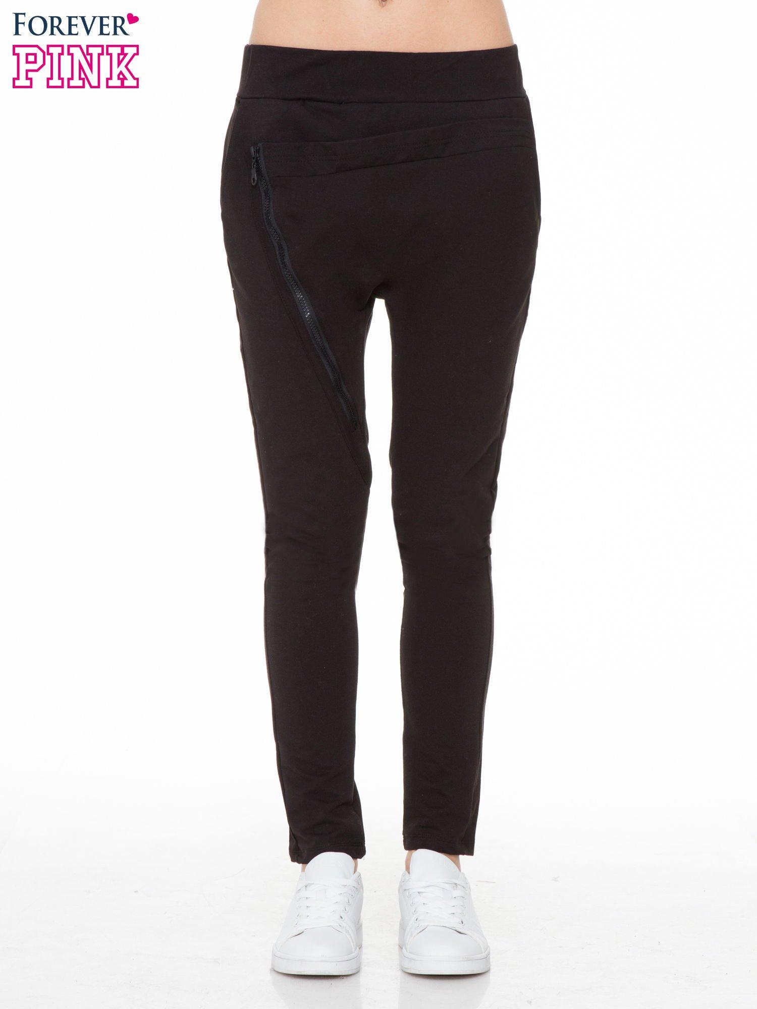 Czarne spodnie dresowe typu baggy z ozdobnym zamkiem                                  zdj.                                  1