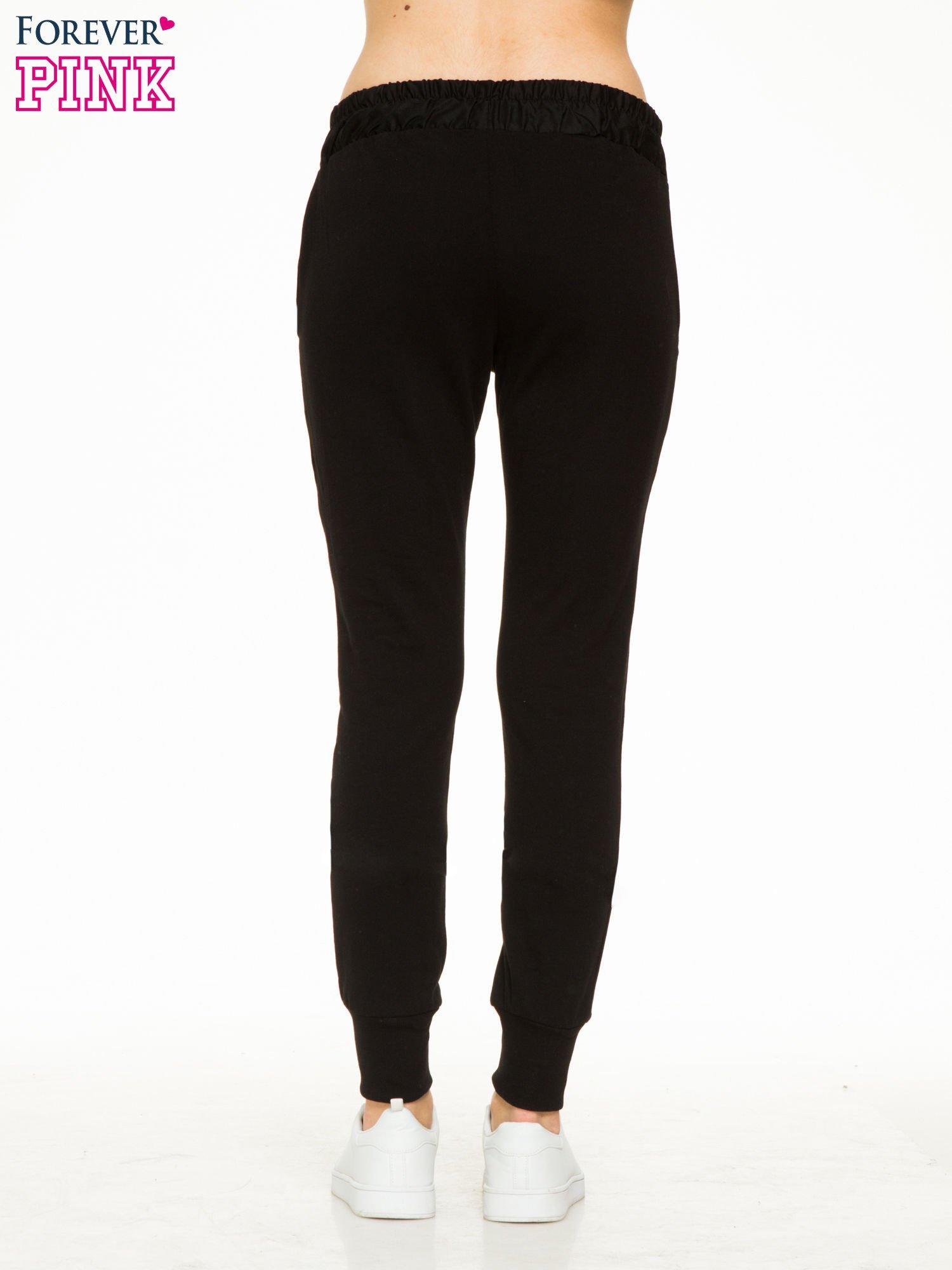 Czarne spodnie dresowe z elastycznym pasem                                  zdj.                                  4
