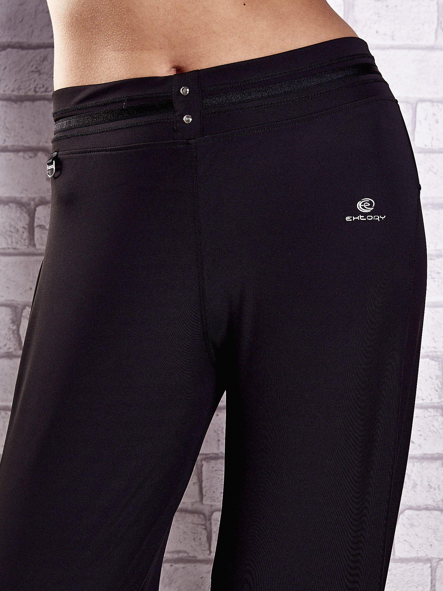 Czarne spodnie dresowe z guziczkami PLUS SIZE                                  zdj.                                  4