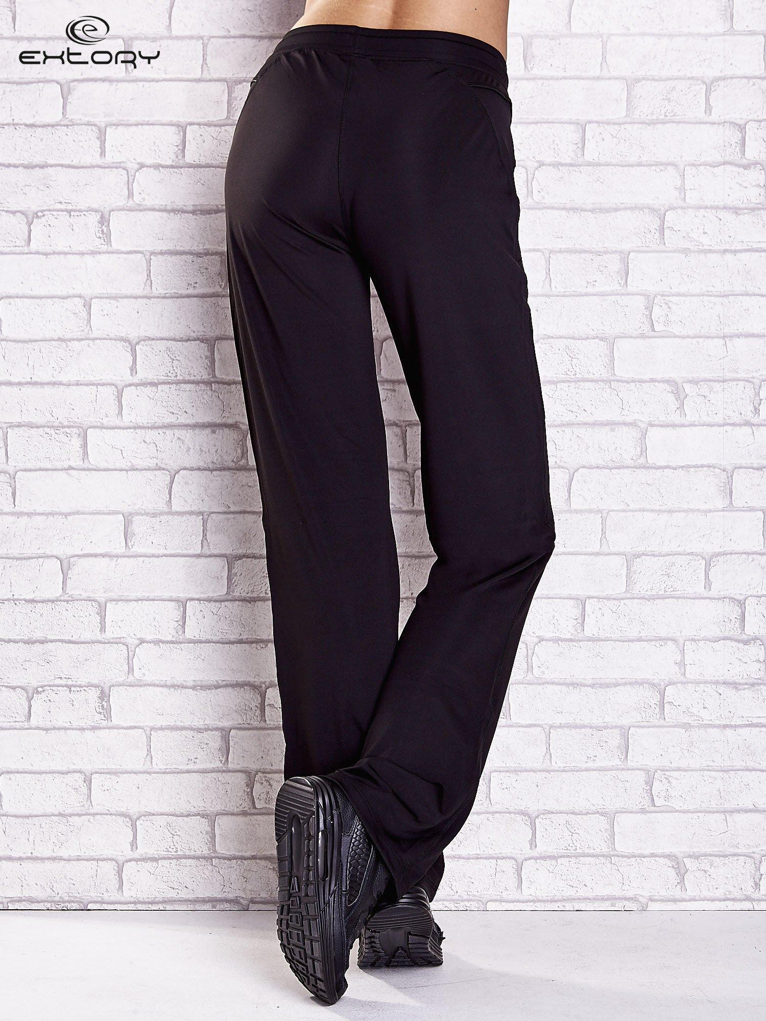 Czarne spodnie dresowe z kieszonką i haftem PLUS SIZE                                  zdj.                                  2