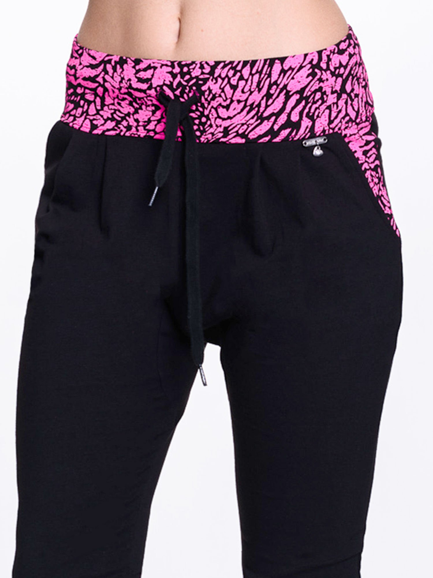 Czarne spodnie dresowe z różowym pasem w panterkę                                  zdj.                                  5
