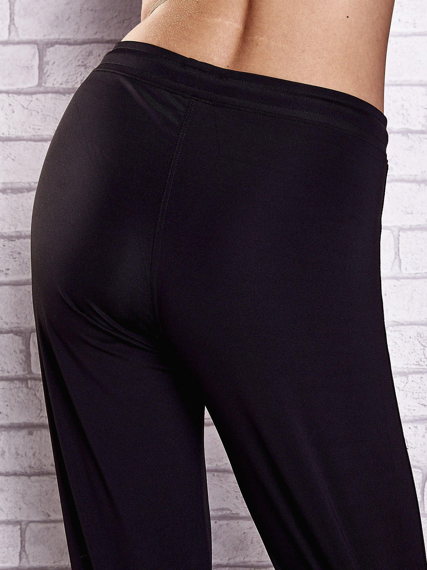 Czarne spodnie dresowe z wszytą kieszonką i troczkami                                  zdj.                                  6