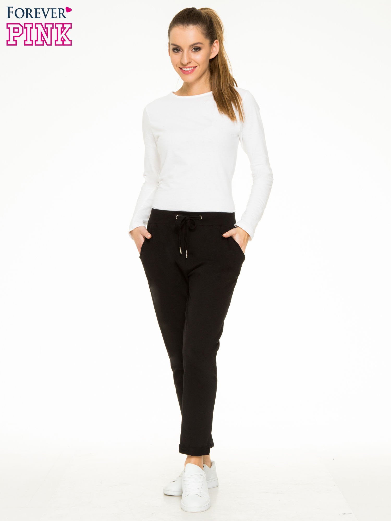 Czarne spodnie dresowe z wywijanymi nogawkami                                  zdj.                                  2