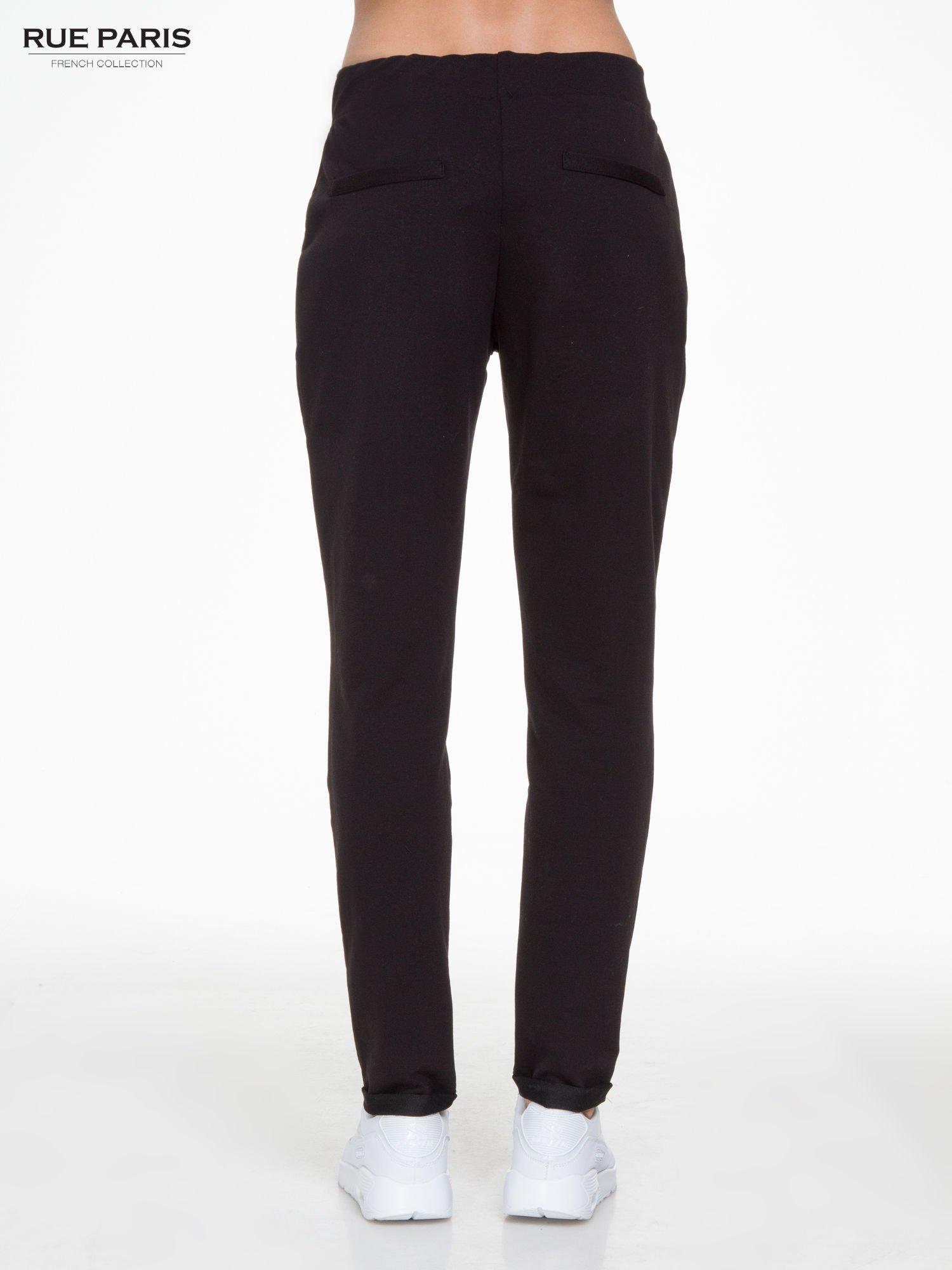 Czarne spodnie dresowe z zakładkami przy kieszeniach                                  zdj.                                  4