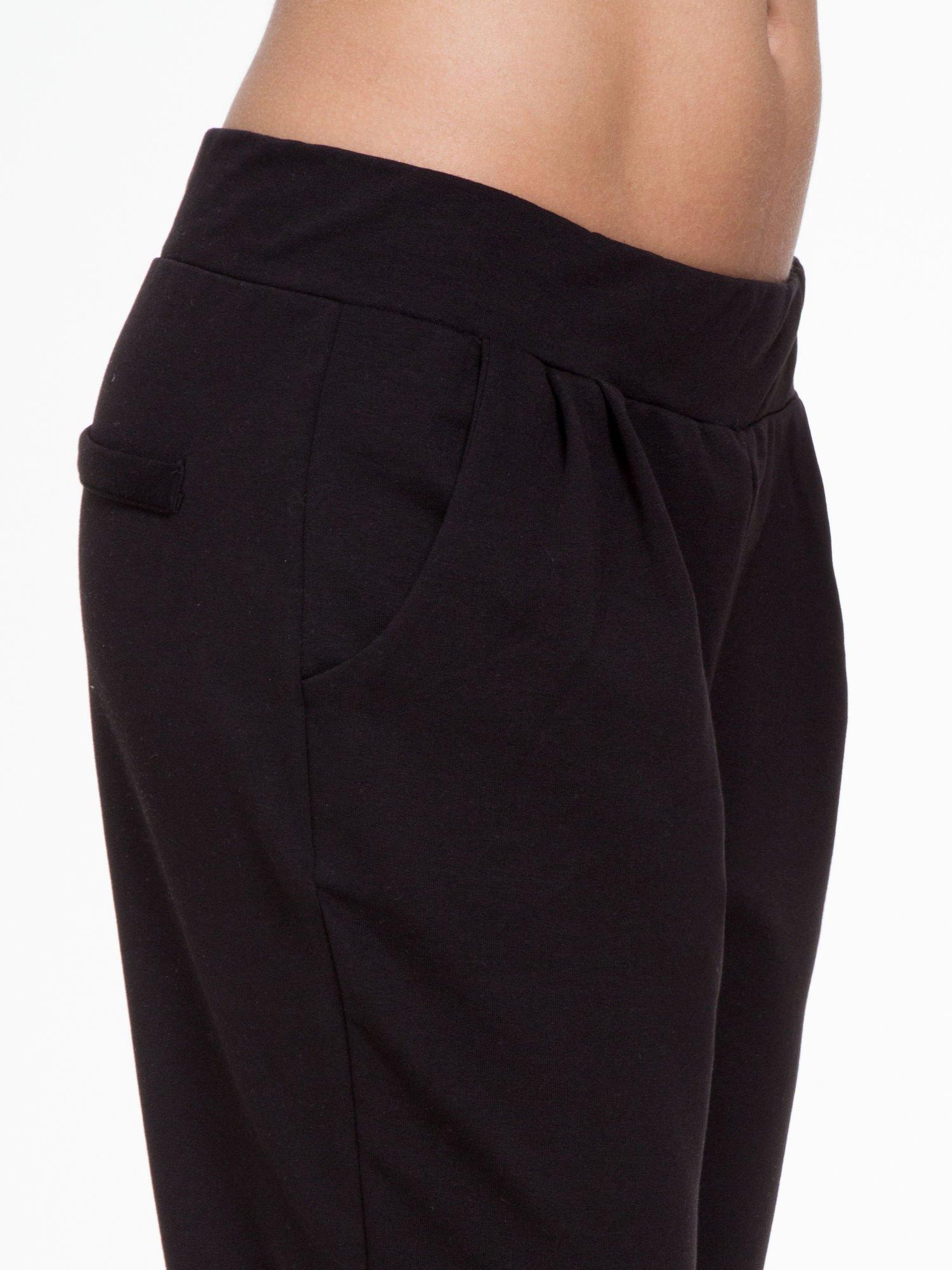 Czarne spodnie dresowe z zakładkami przy kieszeniach                                  zdj.                                  6