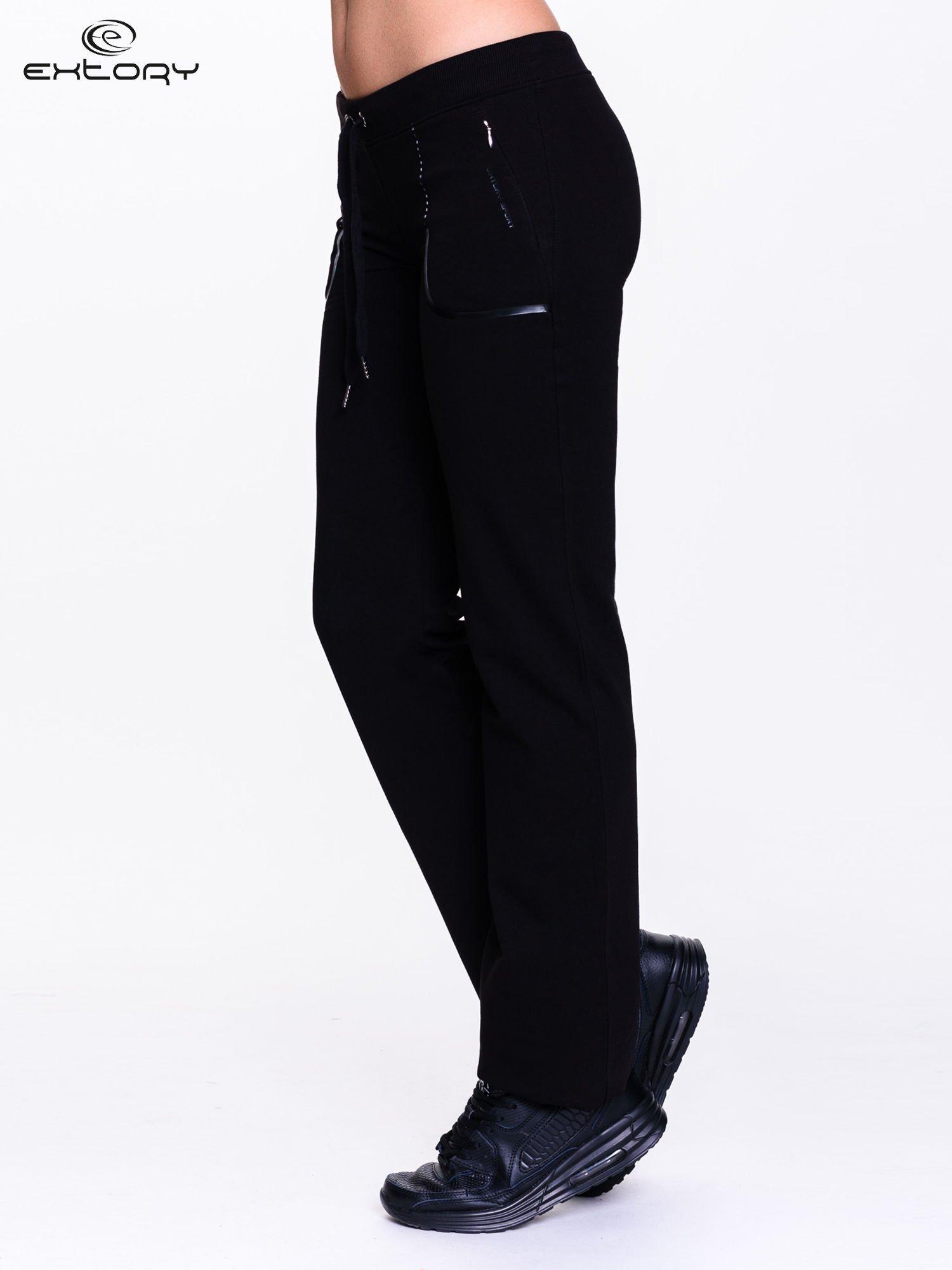 Czarne spodnie dresowe ze skórzaną lamówką                                  zdj.                                  3