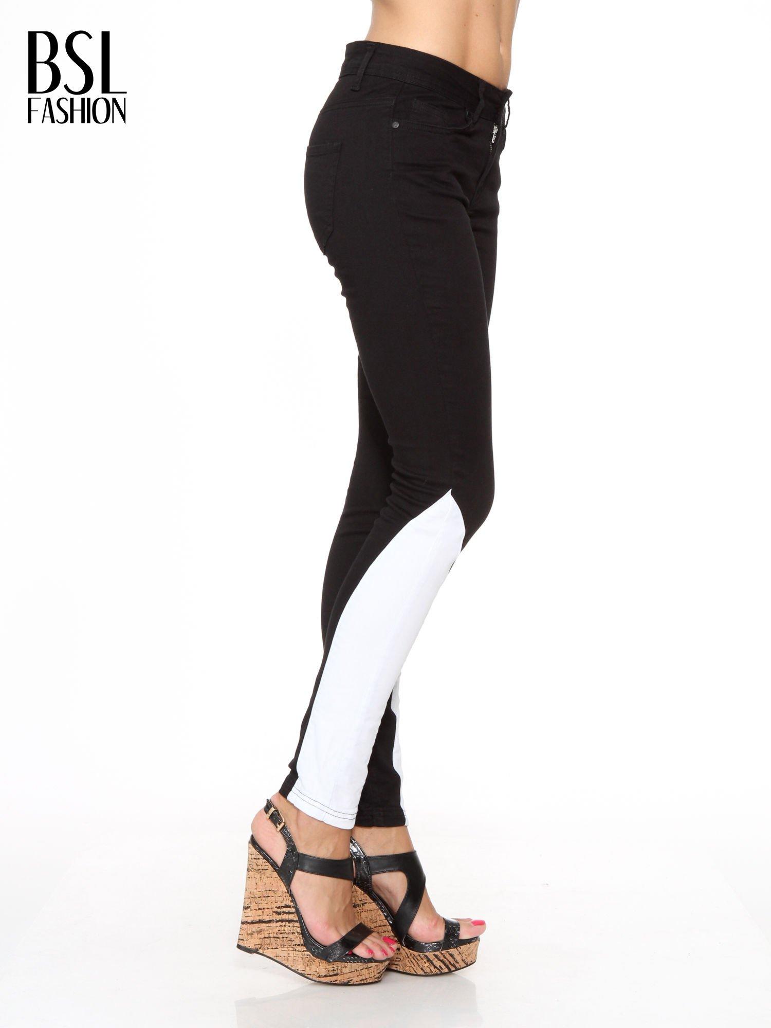 Czarne spodnie jeansowe two tone z białymi modułami na dole                                  zdj.                                  3