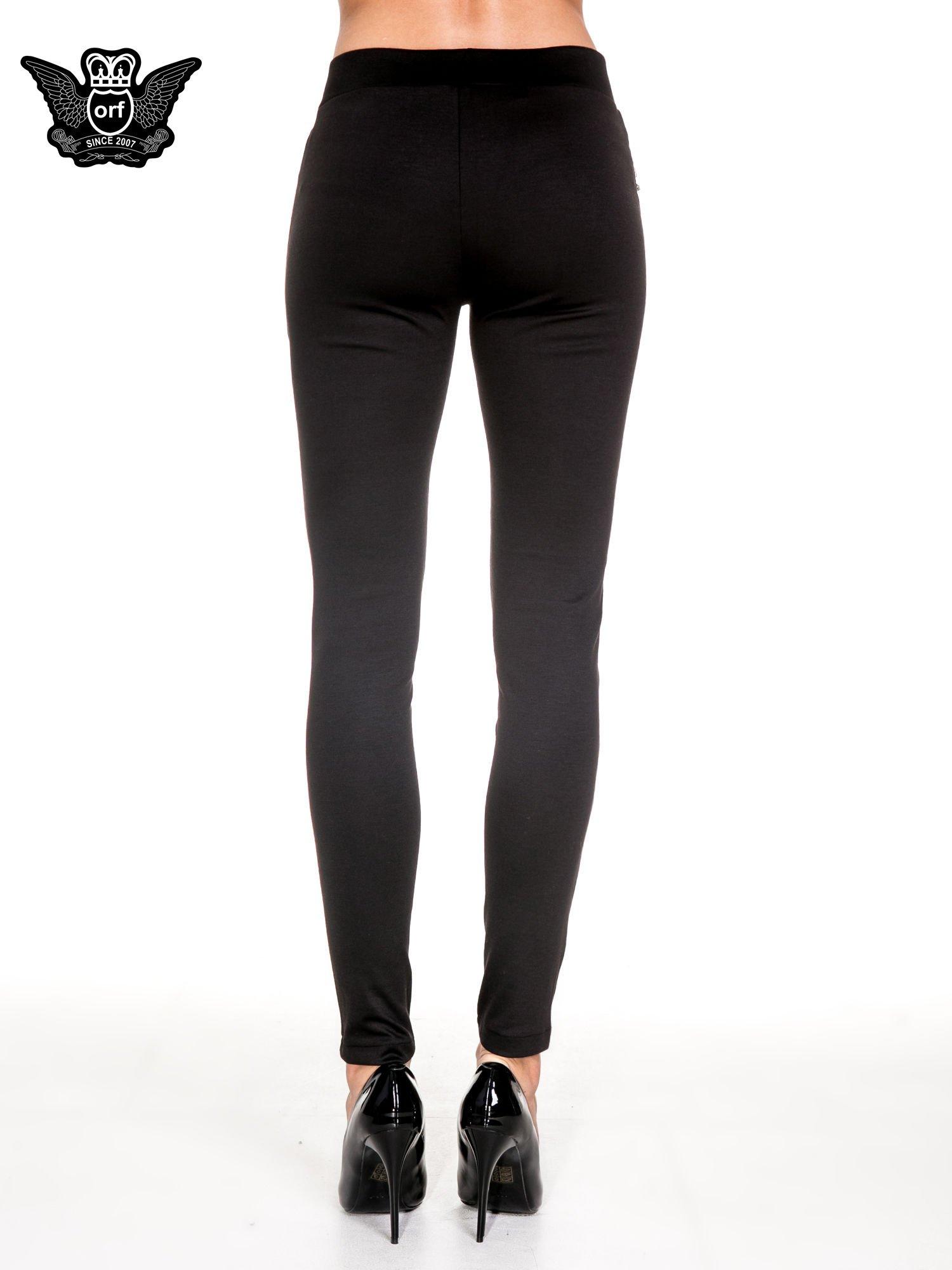 Czarne spodnie materiałowe tregginsy ze skórzanym lampasem i zamkami                                  zdj.                                  5