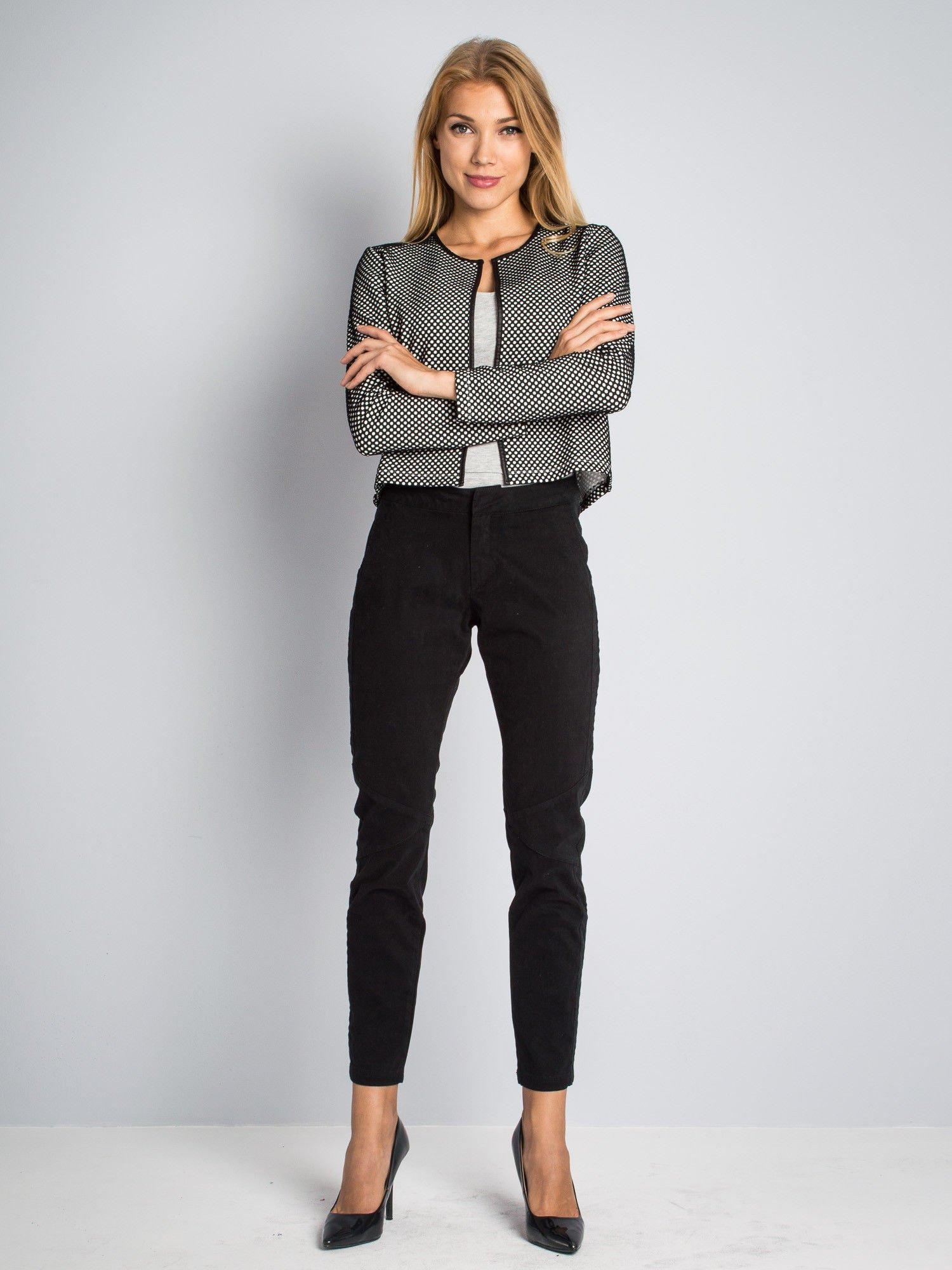 Czarne spodnie materiałowe z przeszyciami na kolanach                                  zdj.                                  2