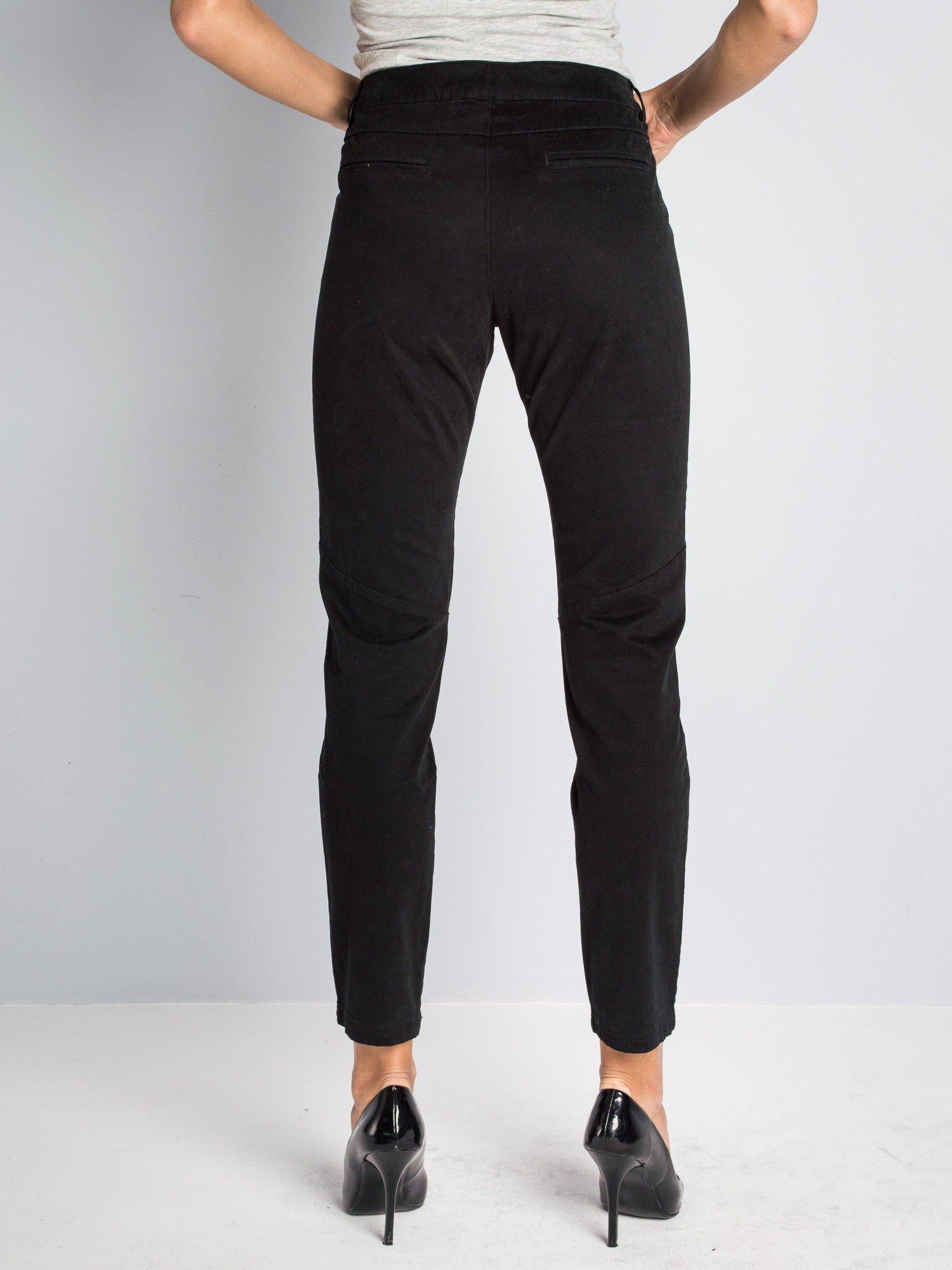 Czarne spodnie materiałowe z przeszyciami na kolanach                                  zdj.                                  4