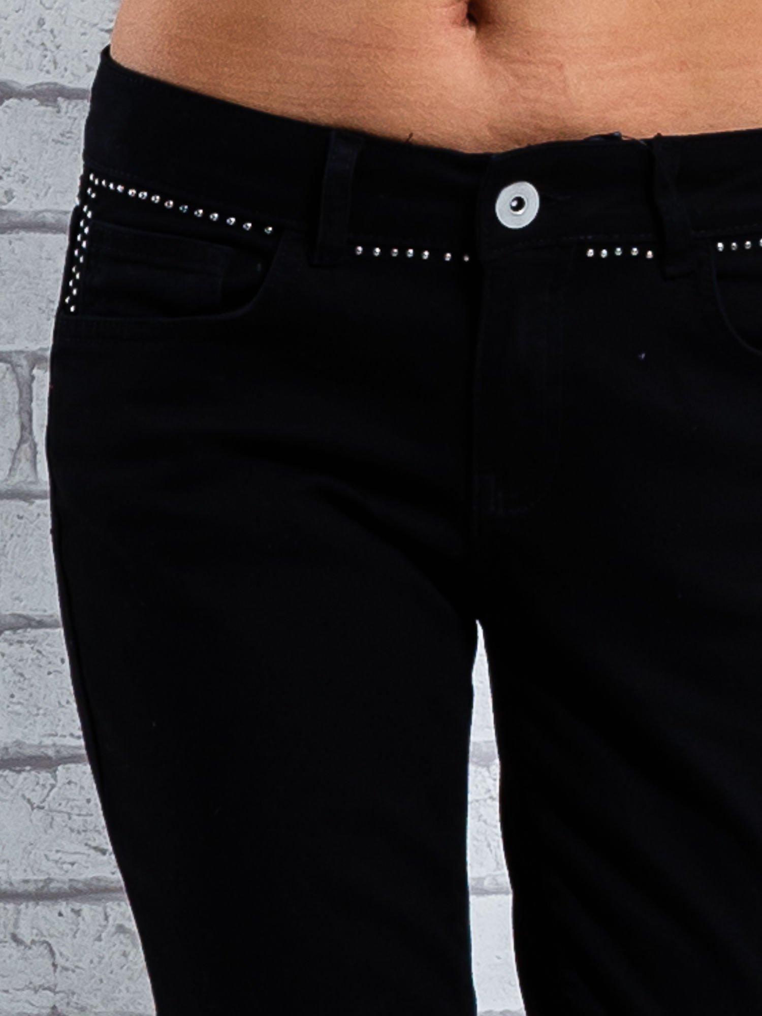 Czarne spodnie regular jeans z dżetami w pasie                                  zdj.                                  5