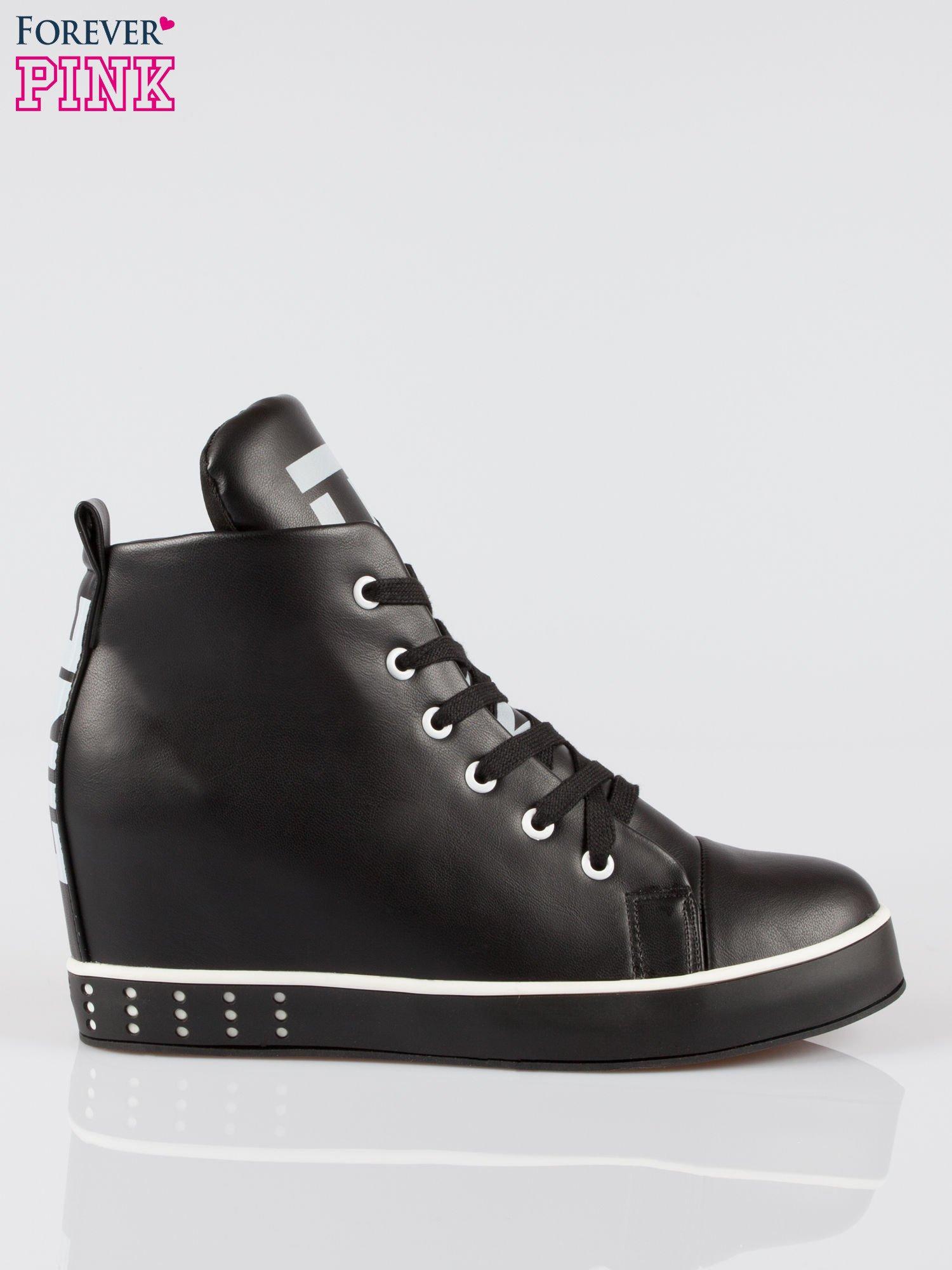 Czarne trampki na koturnie sneakersy z nadrukiem tekstowym                                  zdj.                                  1