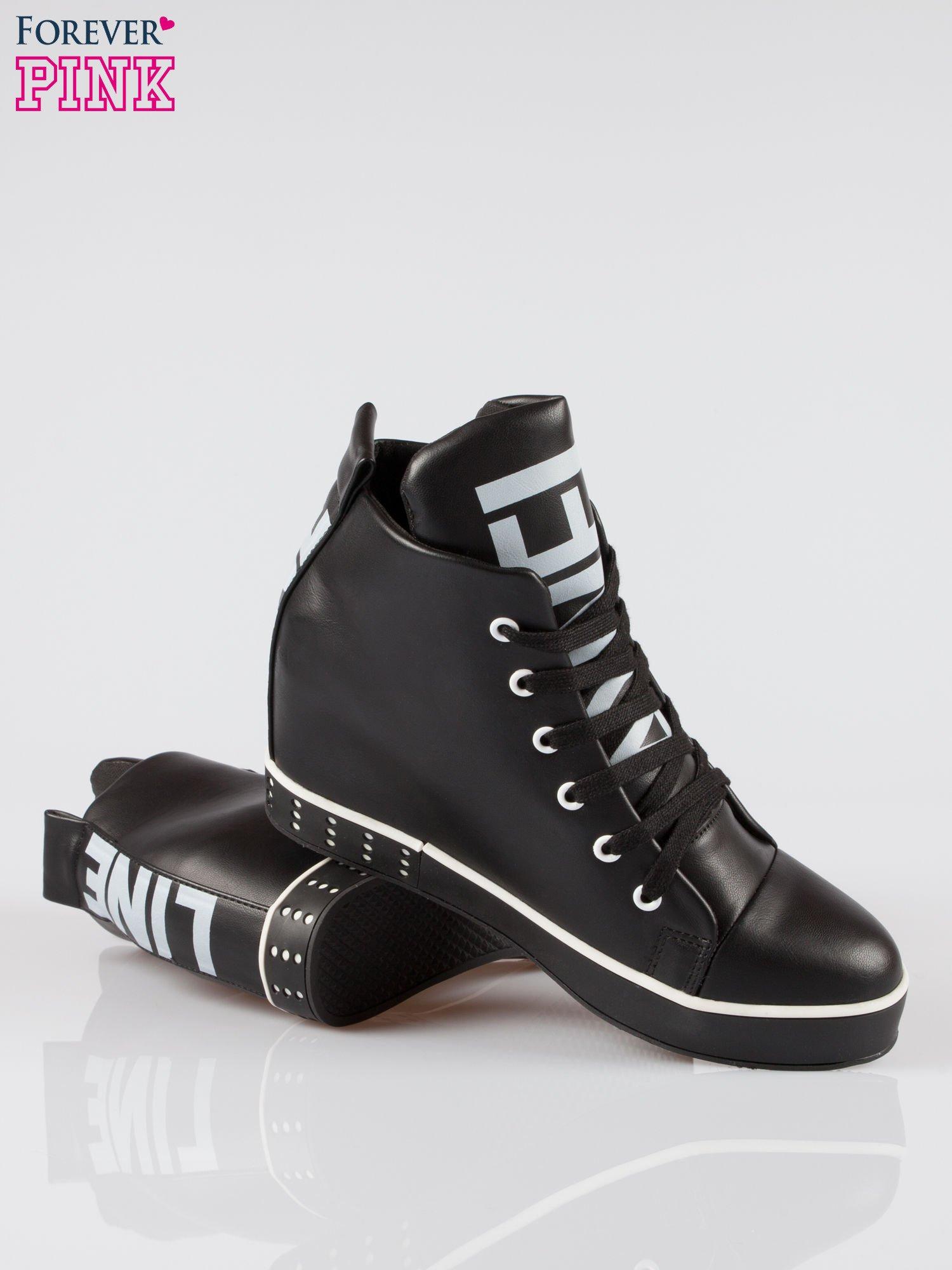 Czarne trampki na koturnie sneakersy z nadrukiem tekstowym                                  zdj.                                  4