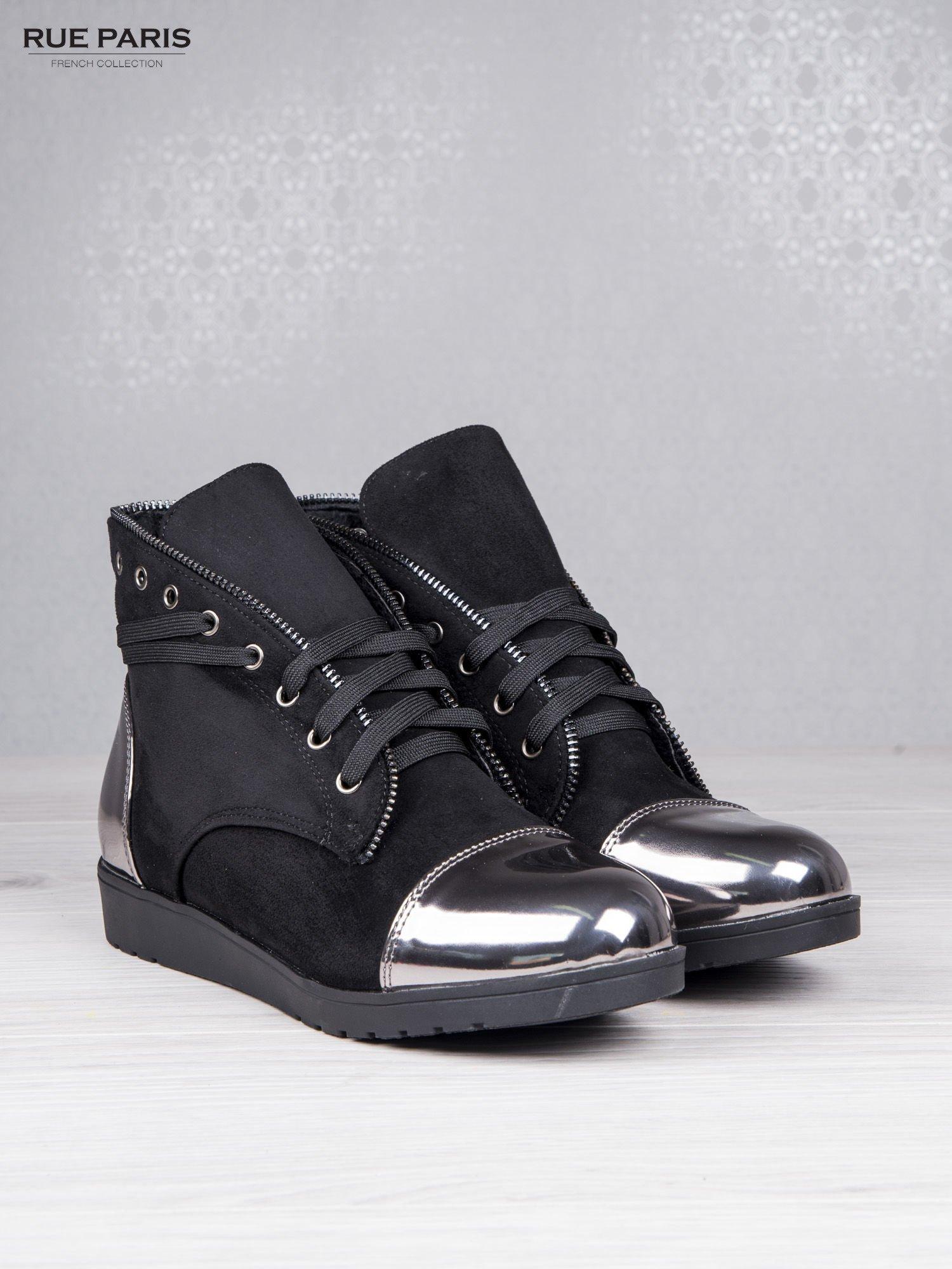 Czarne zamszowe sneakersy Alanza z ozdobnym suwakiem i lustrzanymi wstawkami                                  zdj.                                  3