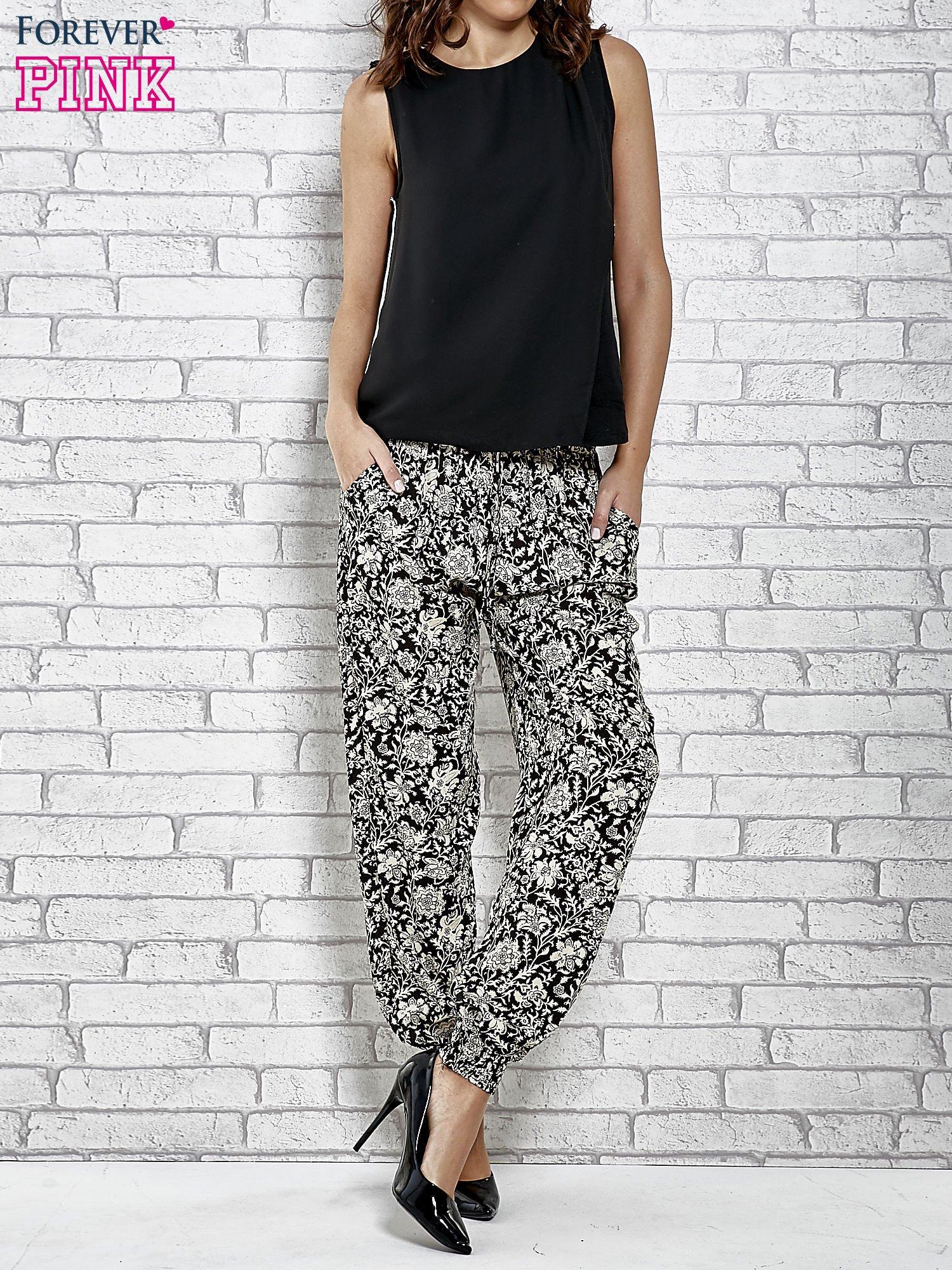 Czarne zwiewne spodnie alladynki we wzór kwiatków                                  zdj.                                  4