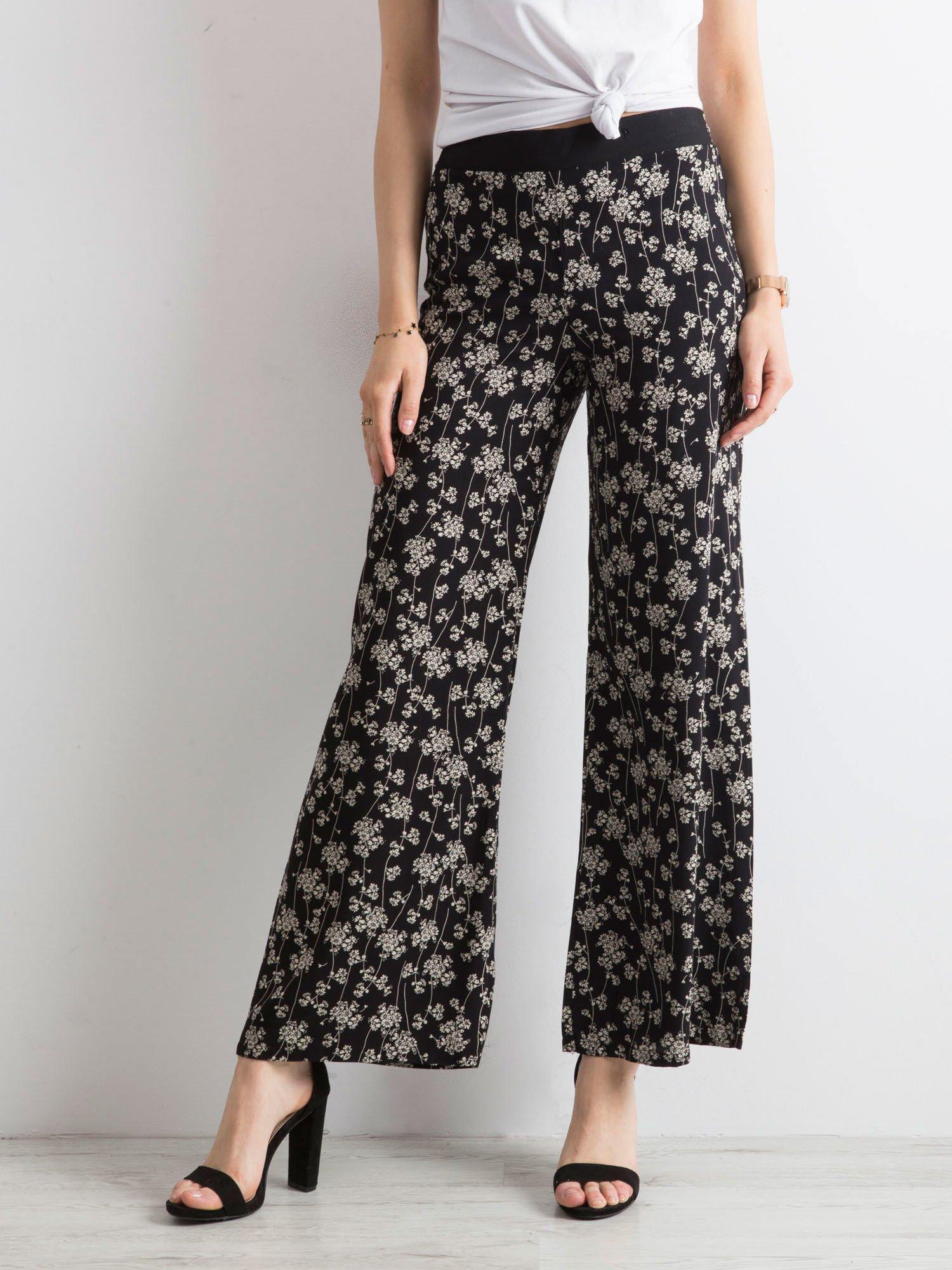 7db43fa0 Czarne zwiewne spodnie w kwiaty